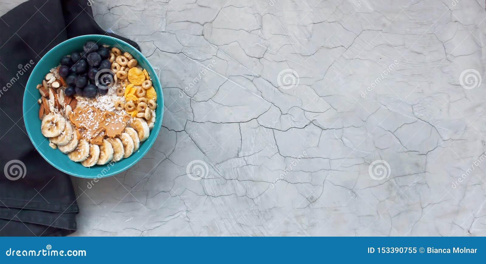 Zdrowy śniadaniowy tło z owsami i owoc