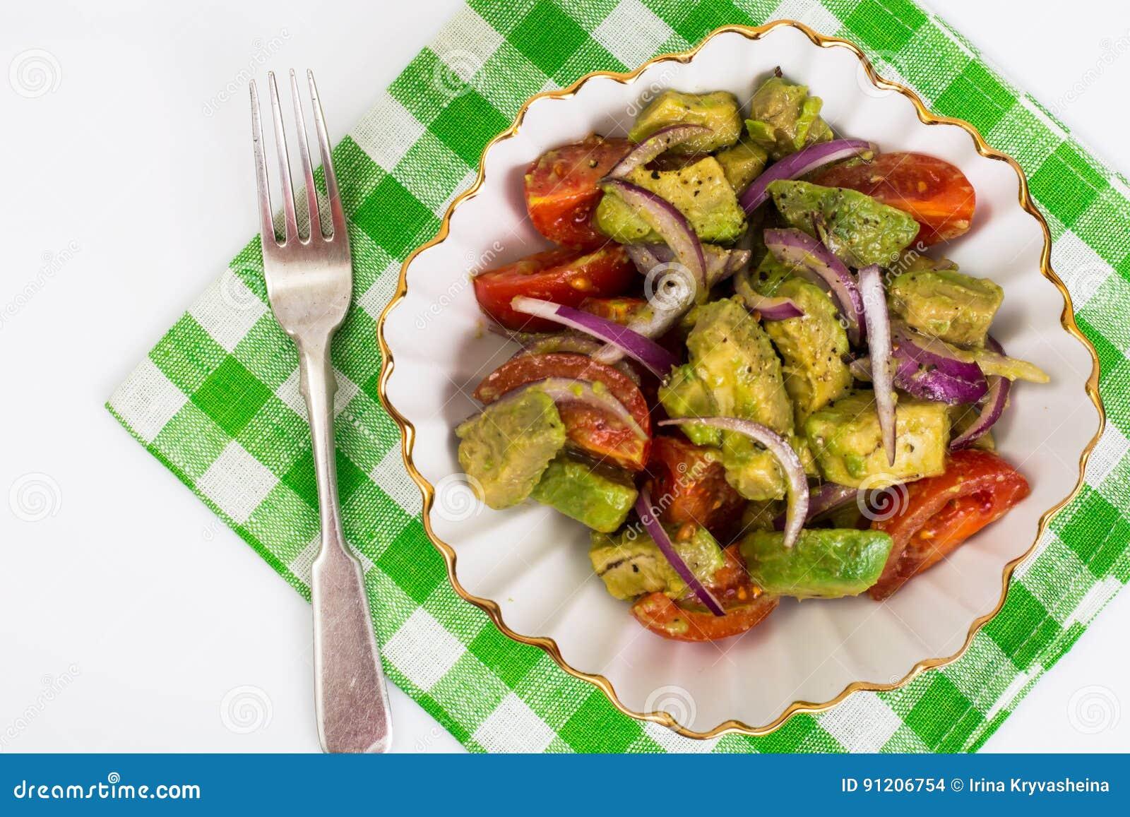 Zdrowy i żywienioniowy jedzenie: sałatka z avocado i pomidorami