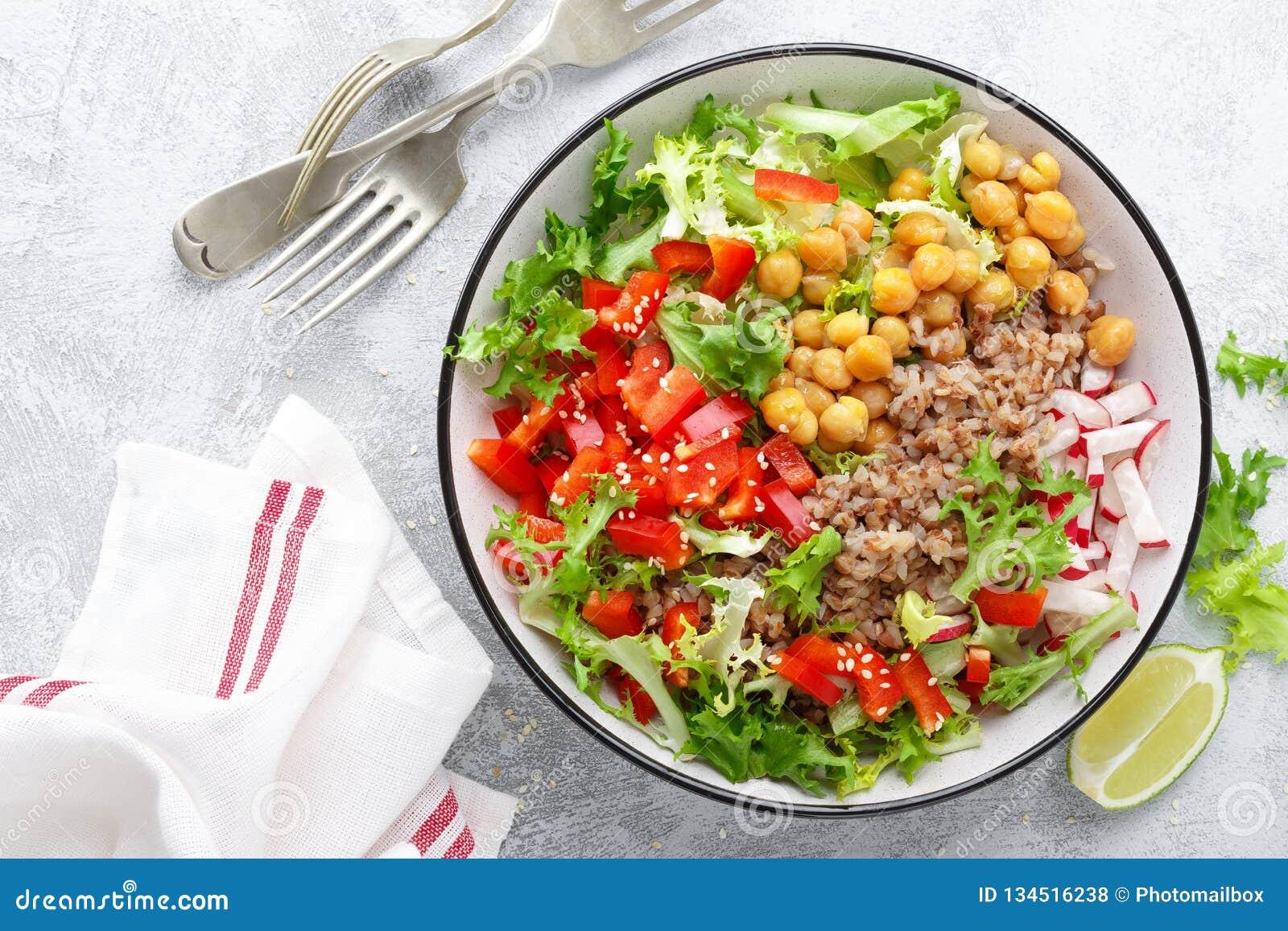 Zdrowy i wyśmienicie puchar z sałatką chickpea, świeży pieprz i sałata liście, Żywienioniowy zrównoważony opierający się foo
