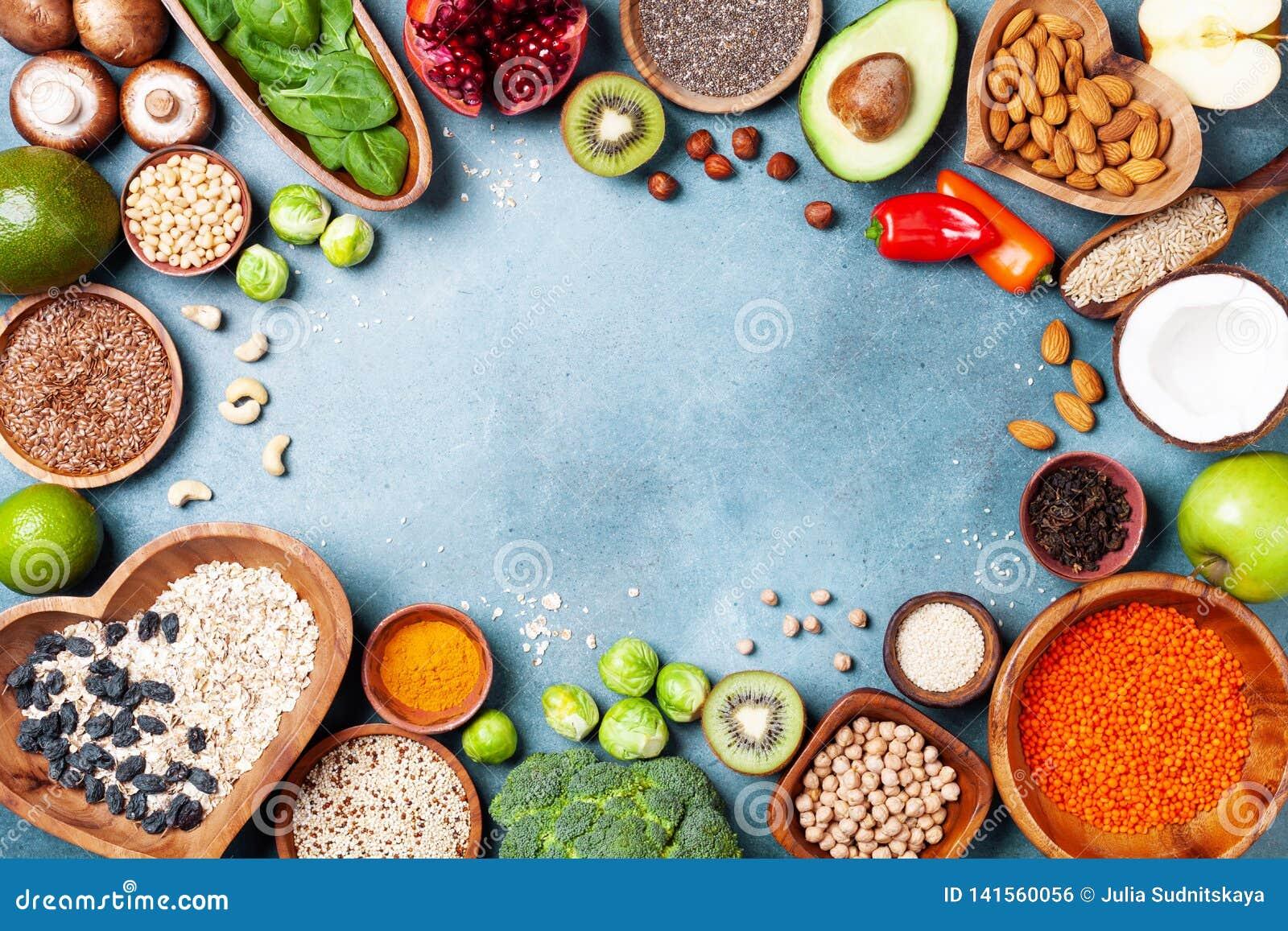 Zdrowy karmowy tło od owoc, warzyw, zboża, dokrętek i superfood, Żywienioniowi i zrównoważeni jarscy łasowanie produkty