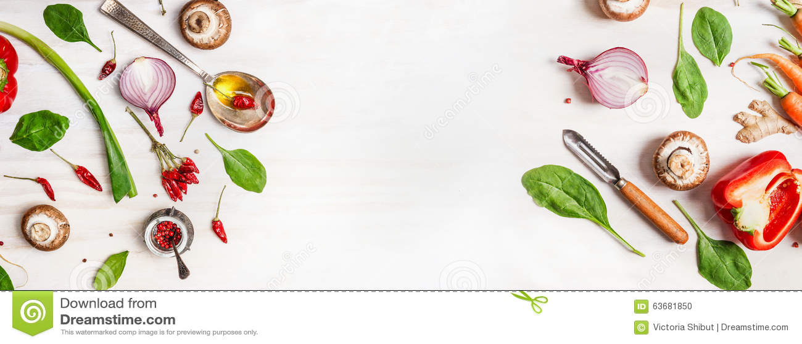 Zdrowy karmowy tło z różnorodnymi warzywo składnikami, łyżką z olejem i obieraczką,