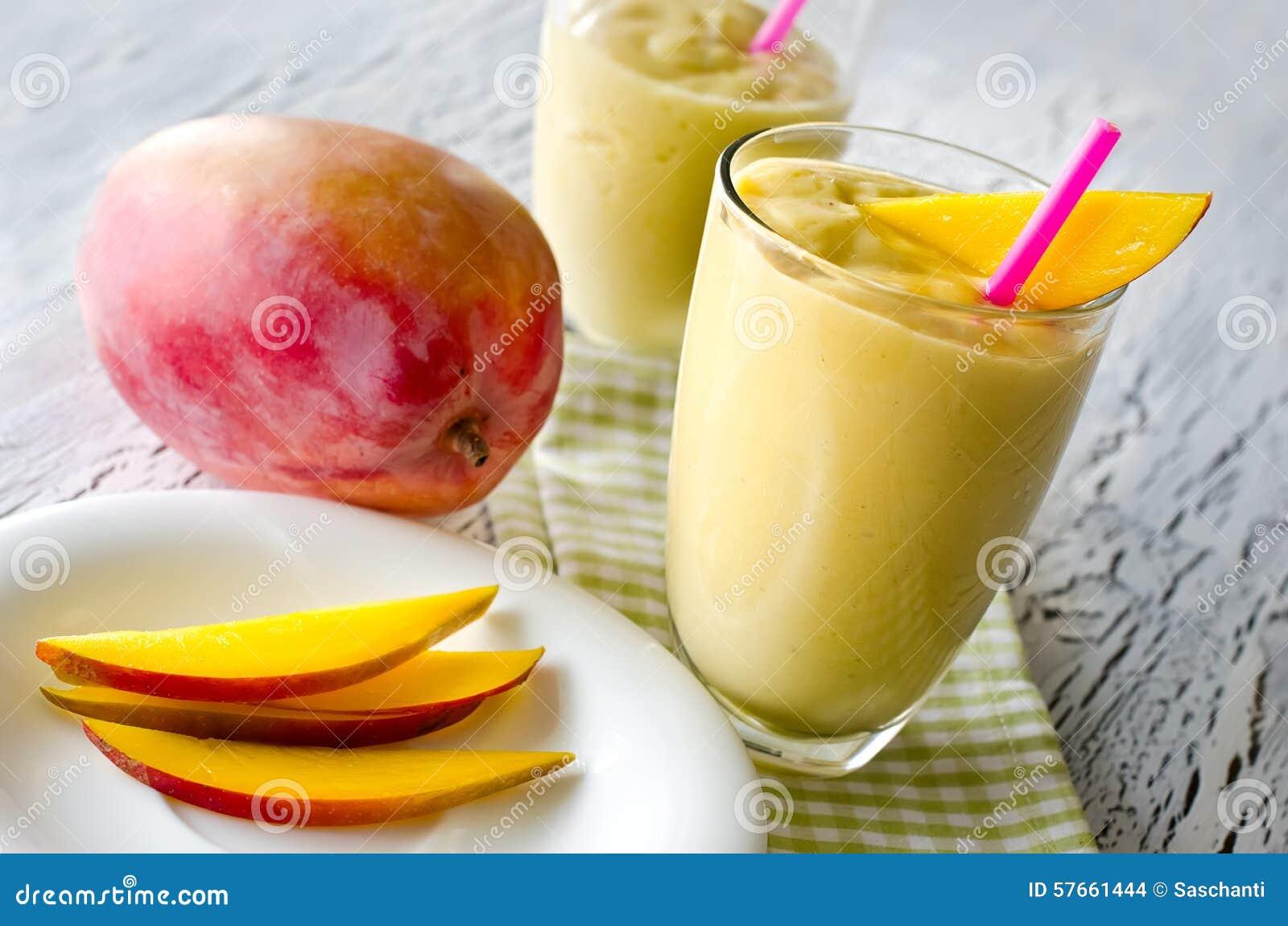 Zdrowy mangowy tropikalny smoothie horyzontalny