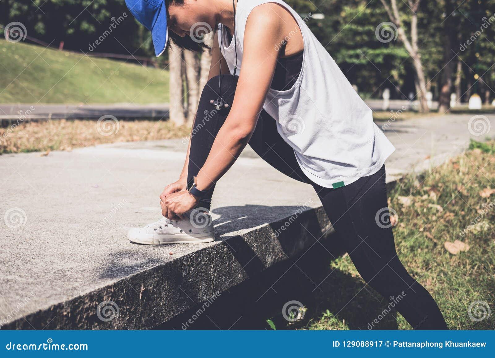 Zdrowy styl życia, biegacz wiąże działających buty dostaje przygotowywający dla