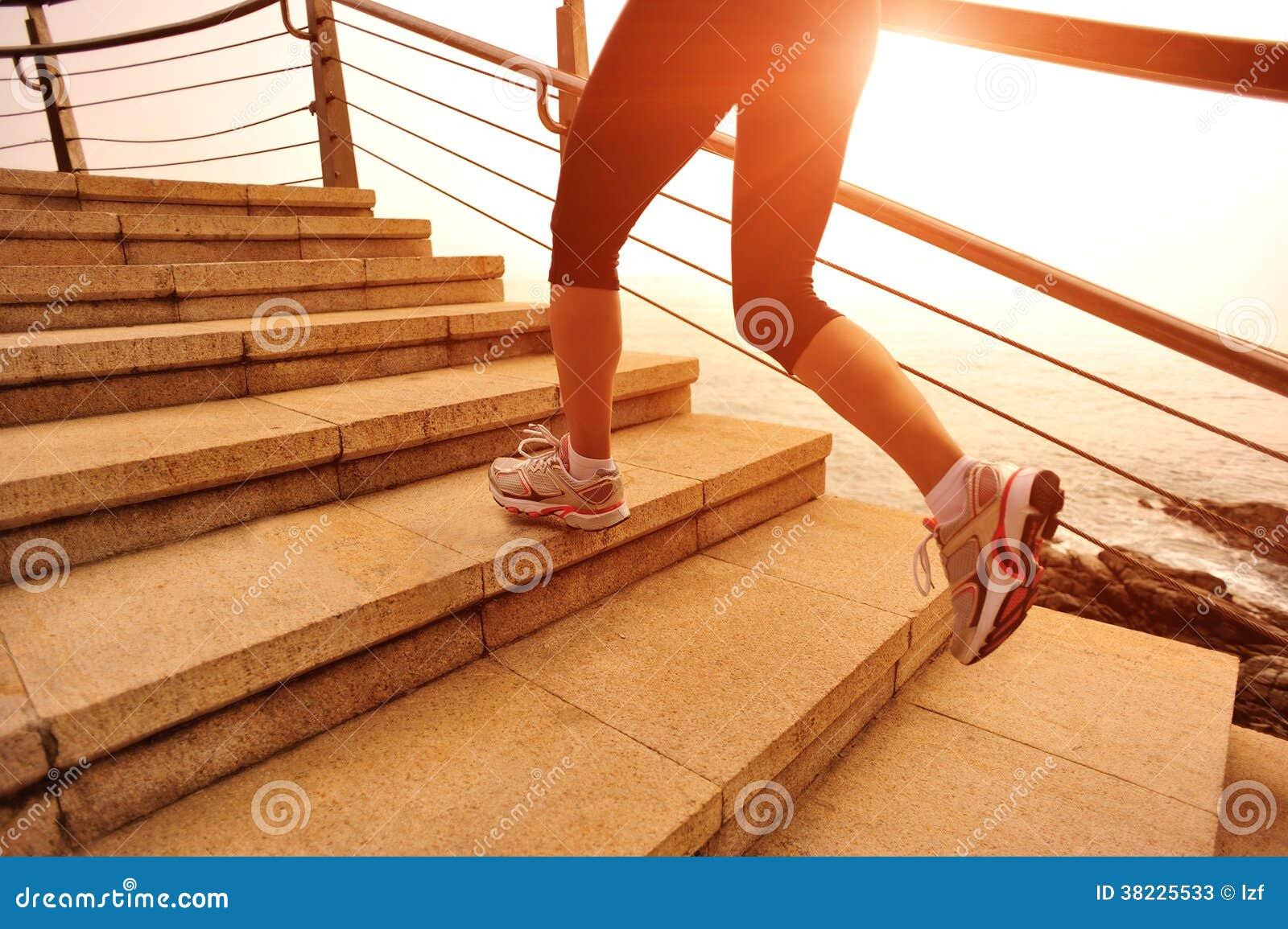 Zdrowy styl życia kobiety bieg na kamiennych schodkach