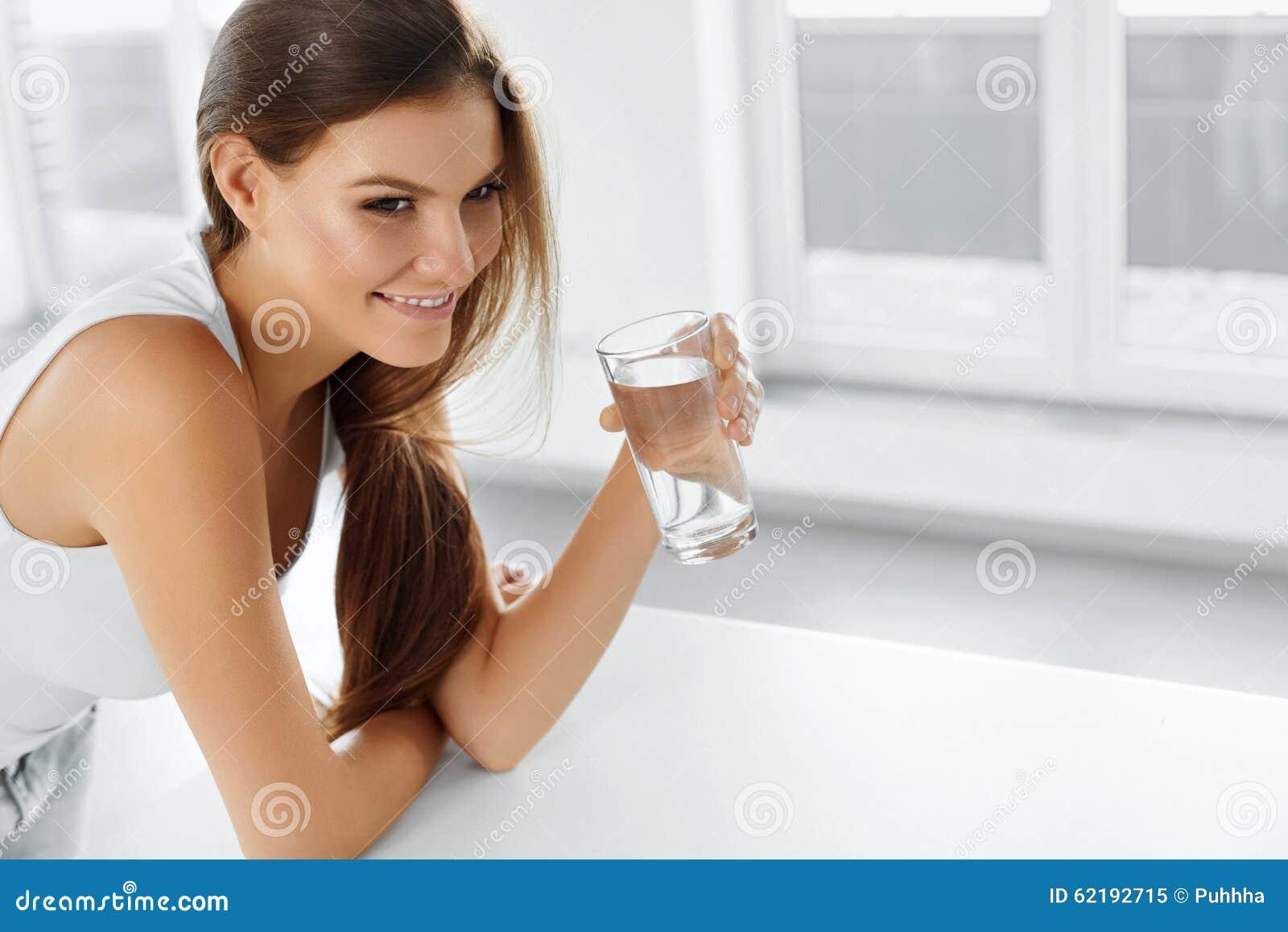 Zdrowy Styl życia Szczęśliwa kobieta z szkłem woda napoje uzdrowiciel