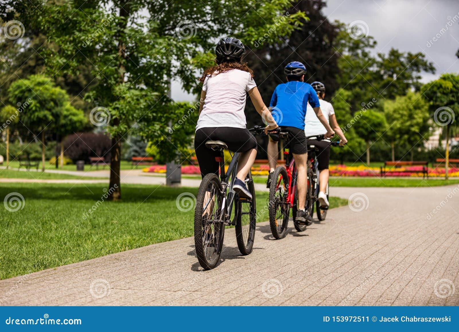 Zdrowy styl ?ycia - ludzie jedzie bicykle w miasto parku