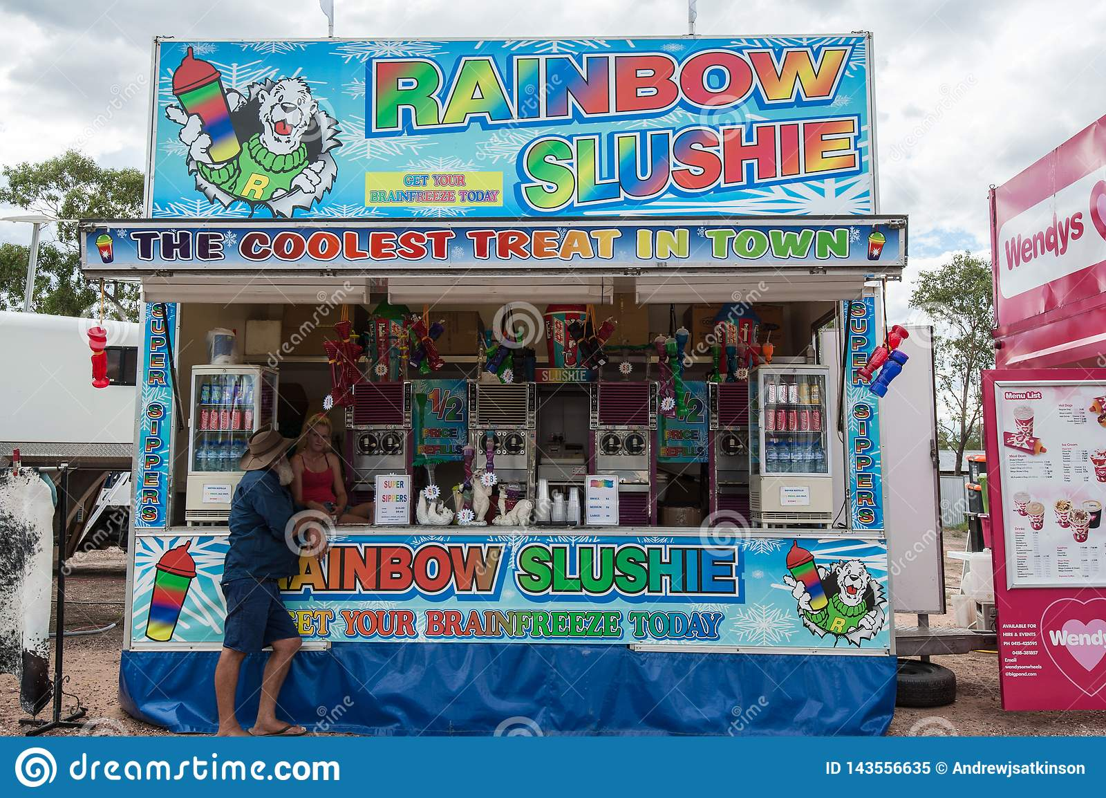 Zdruzgotany lód lub slushie sprzedawca przy Wielkanocną paradą w Błyskawicowej grani, sprzedaje zimnych napoje i flavoured lodowy