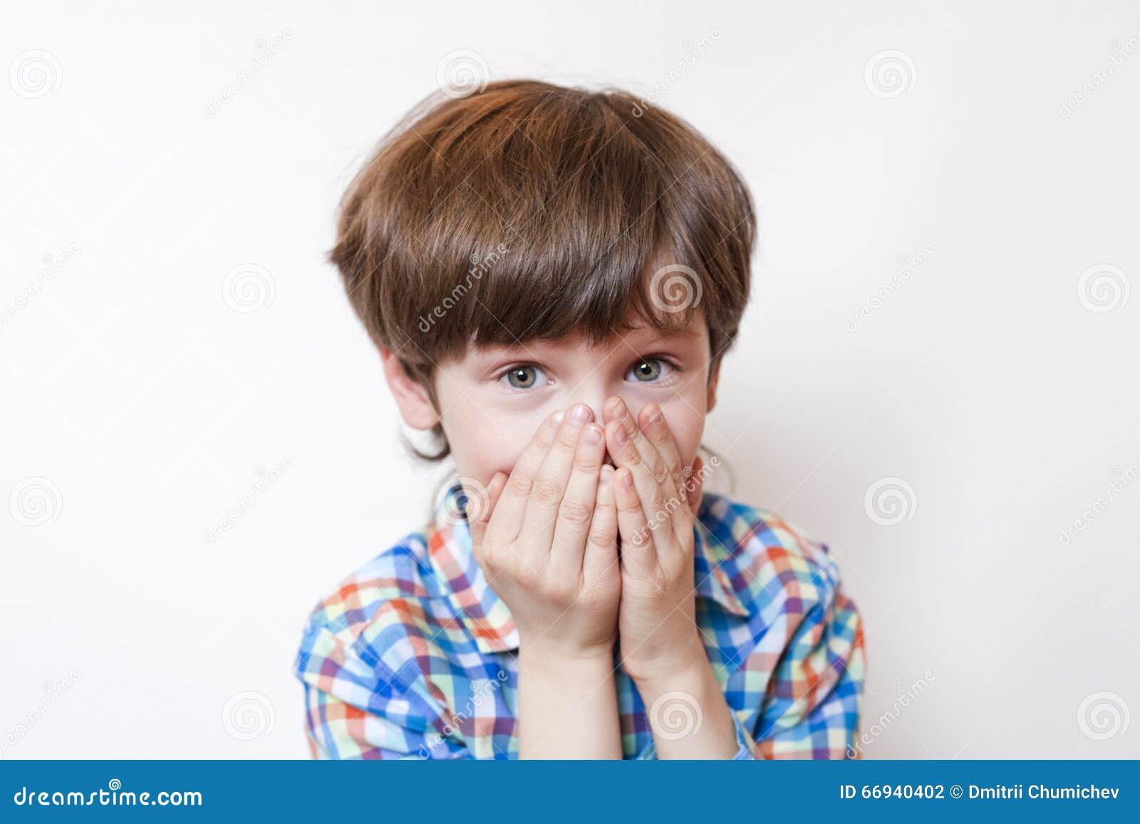 Zdziwiona chłopiec na białym tle