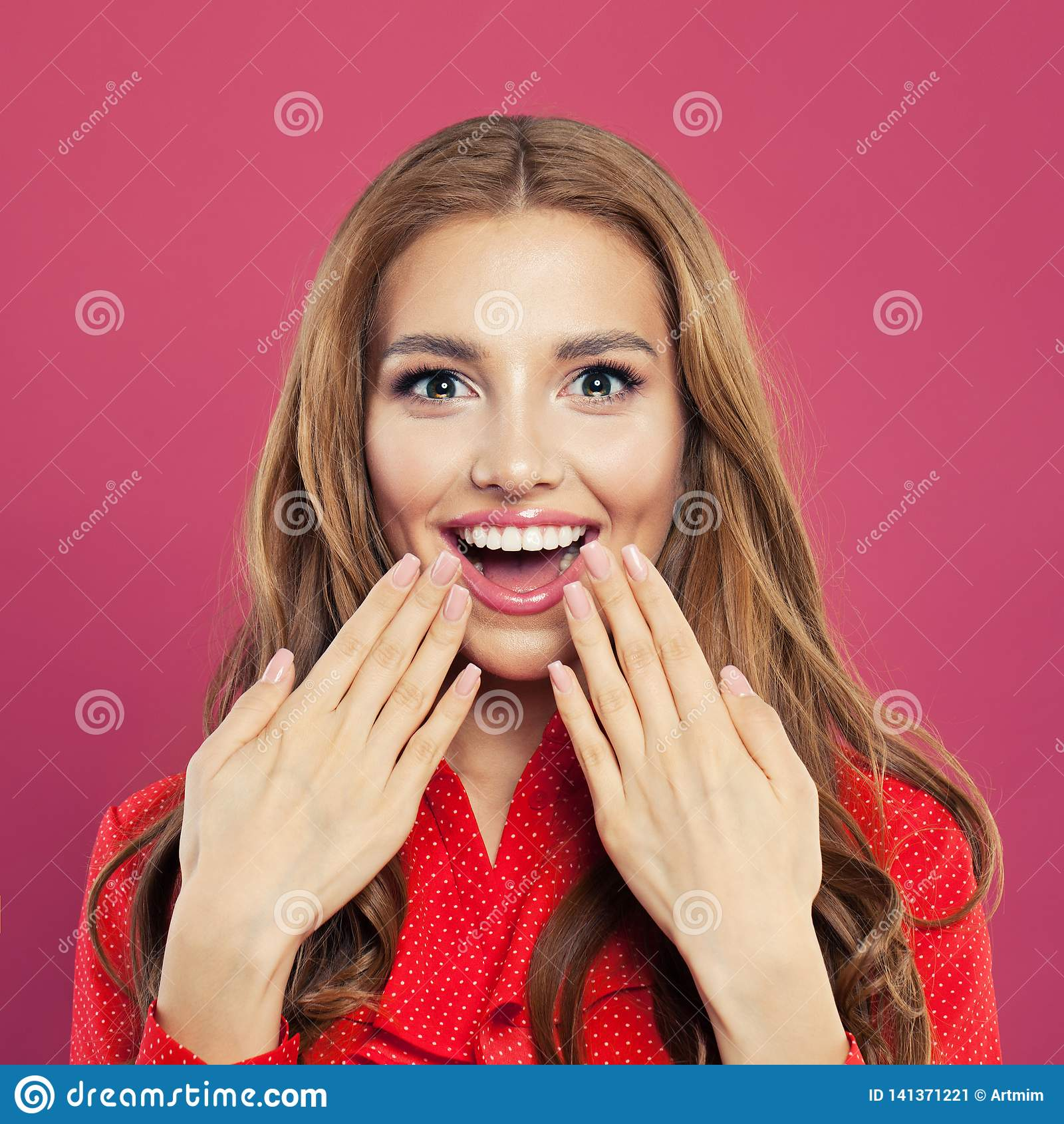 Zdziwiona kobieta z rozpieczętowanym usta zbliżenia portretem Pięknych potomstw z podnieceniem dziewczyna na kolorowym jaskrawym
