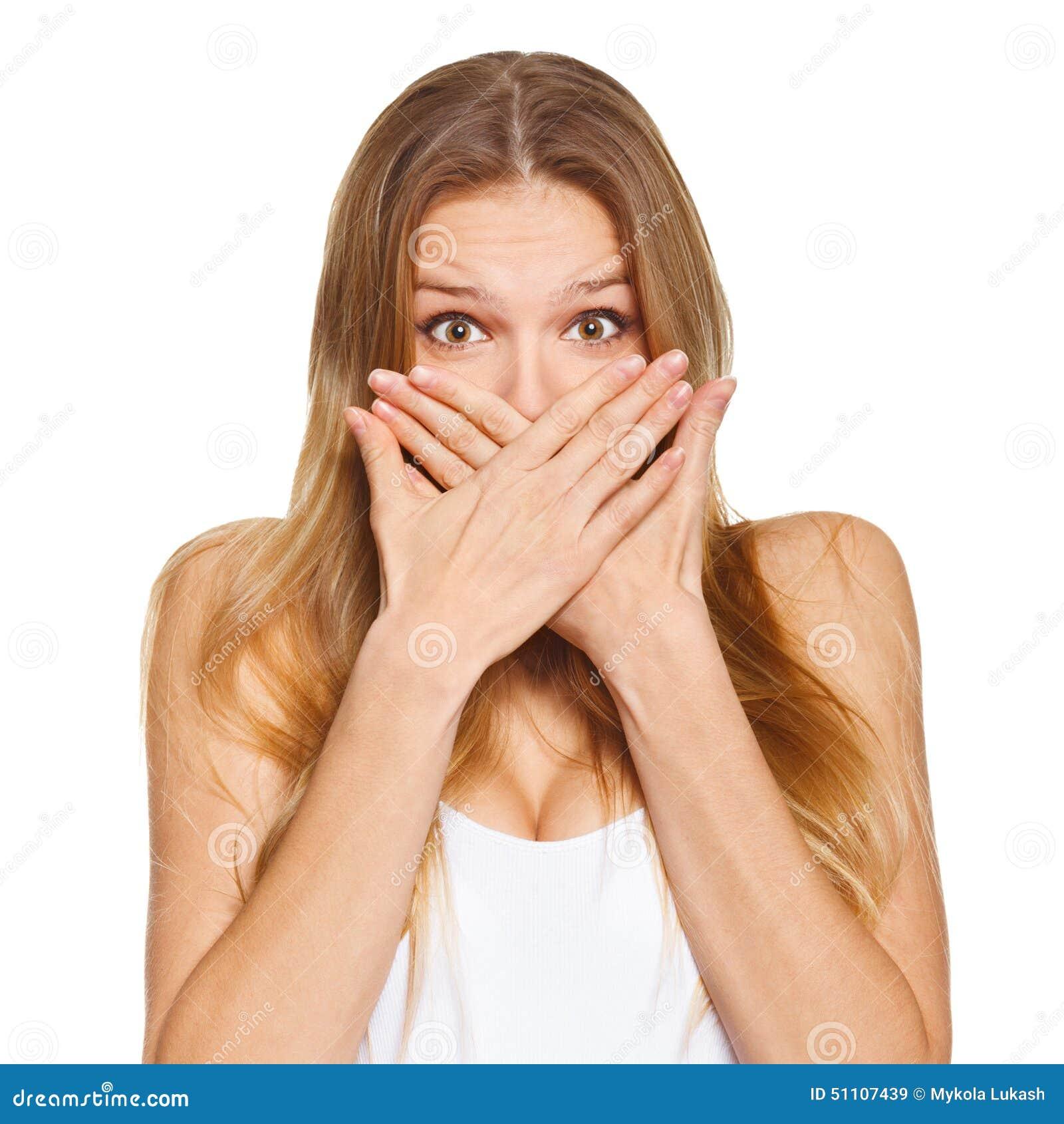 Zdziwiona szczęśliwa piękna kobieta zakrywa jej usta z ręką Odizolowywający nad bielem