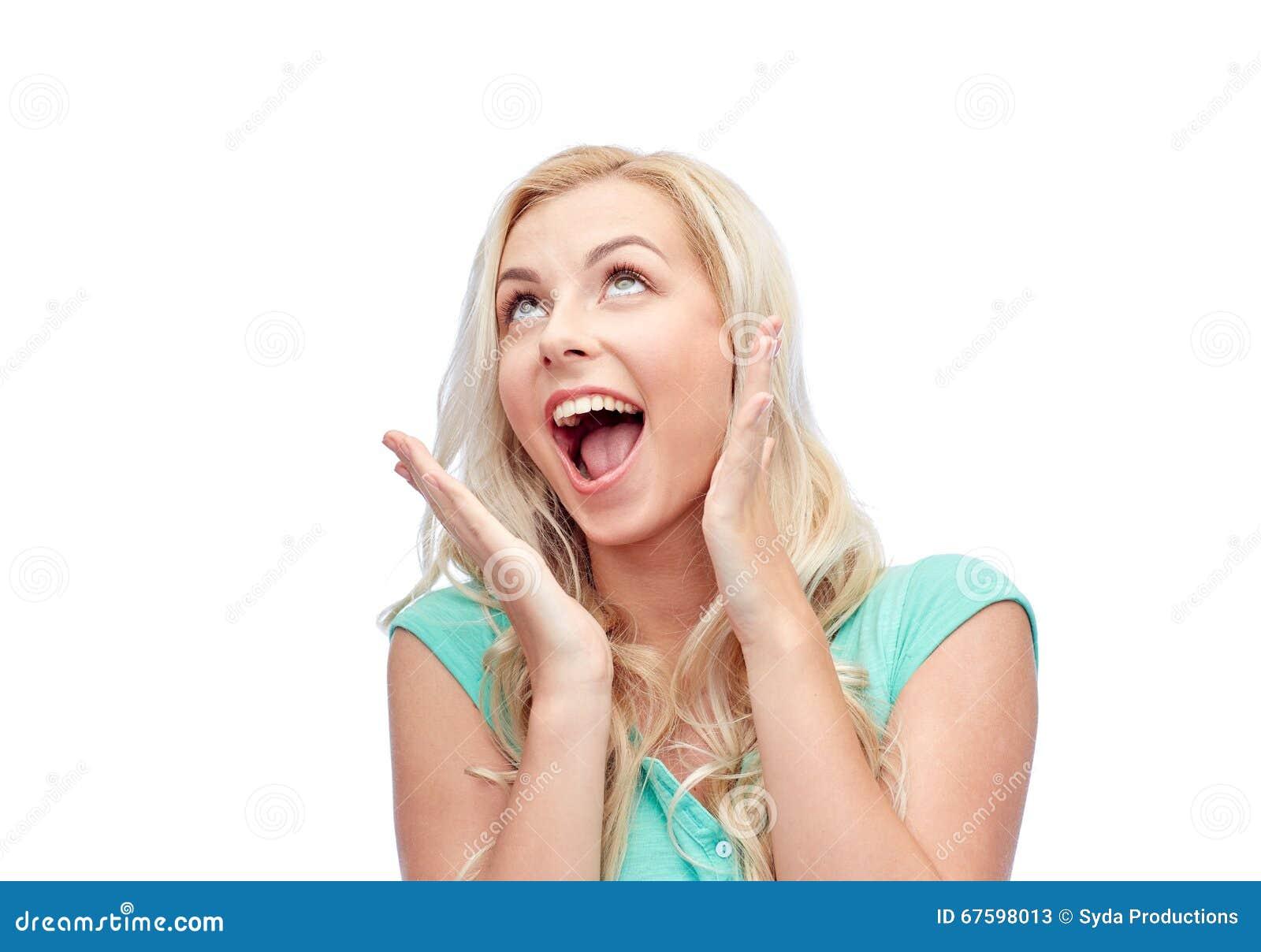 Zdziwiona uśmiechnięta młoda kobieta lub nastoletnia dziewczyna