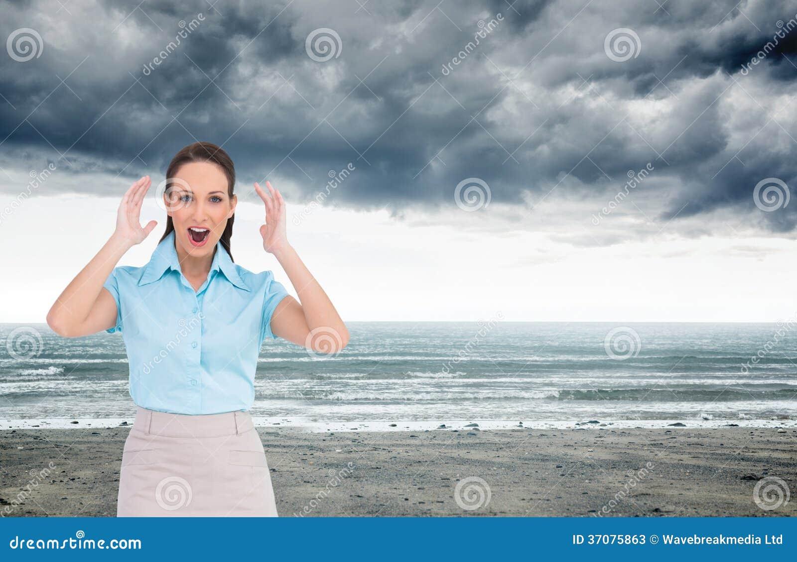 Download Zdziwiony Elegancki Bizneswomanu Pozować Obraz Stock - Obraz złożonej z mądrze, fala: 37075863