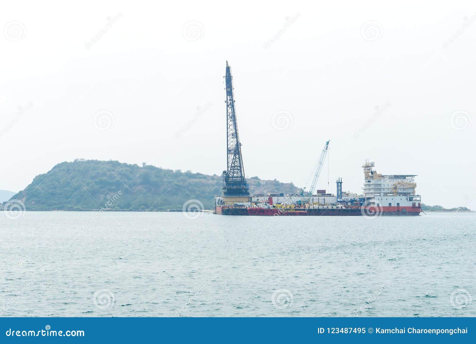 Zeeaken met kraan en Platform de meertrosne van het Leveringsschip