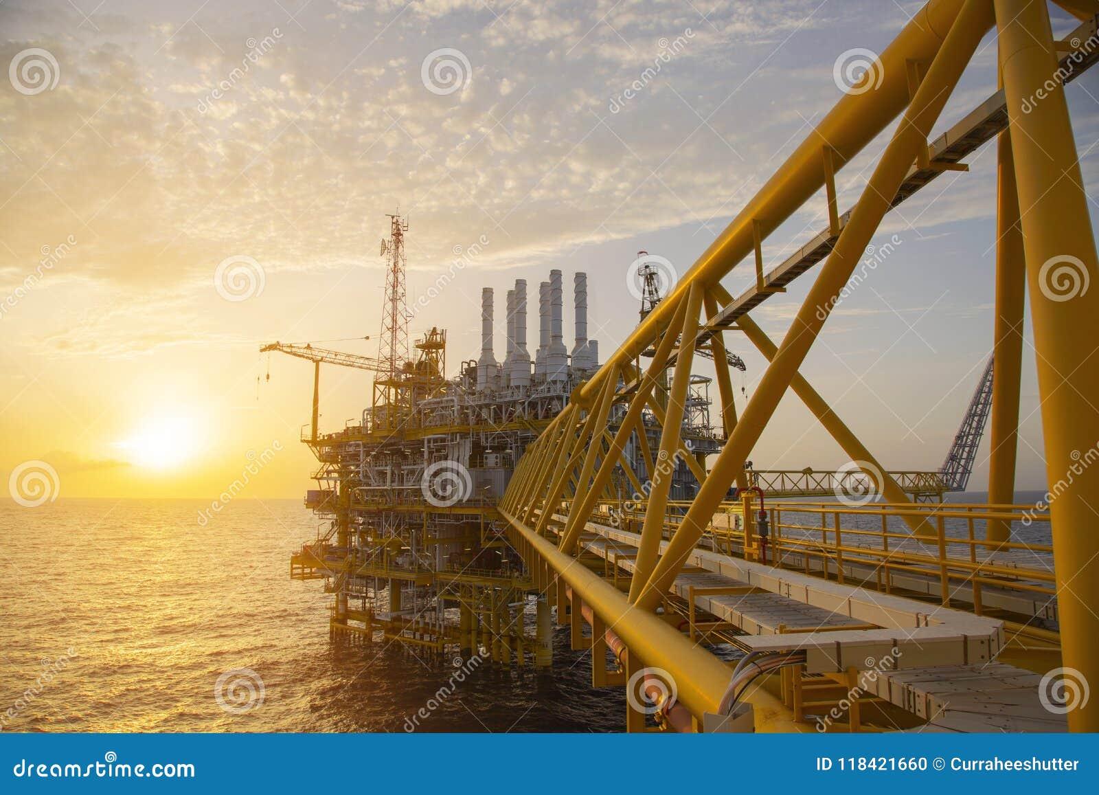 Zeebouwplatform voor productieolie en gas Olie en gas de industrie en het harde werk Productieplatform en verrichting