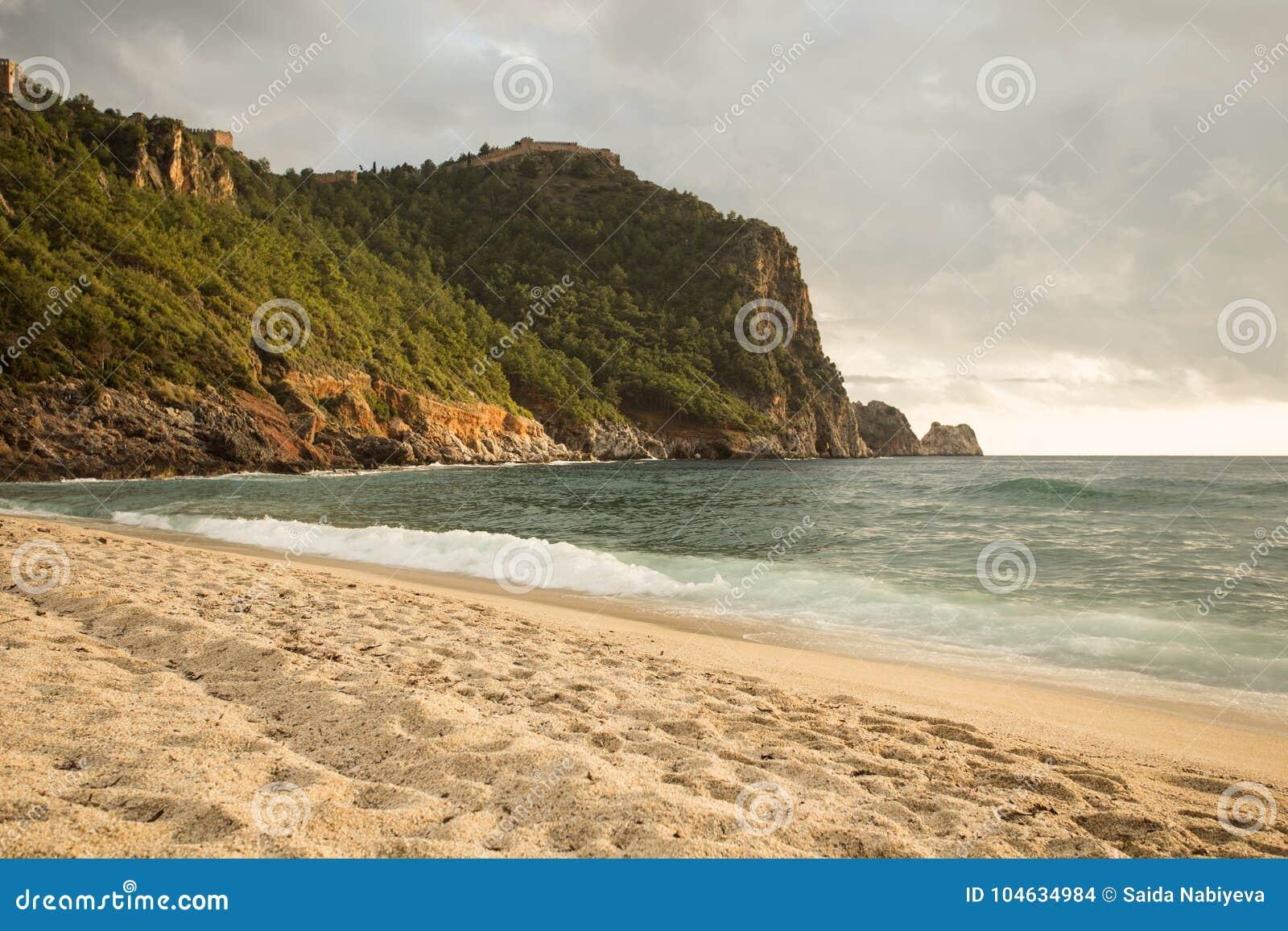 Download Zeegezicht Bij Het Strand Van Cleopatra In Alanya Stock Foto - Afbeelding bestaande uit bestemming, vreedzaam: 104634984