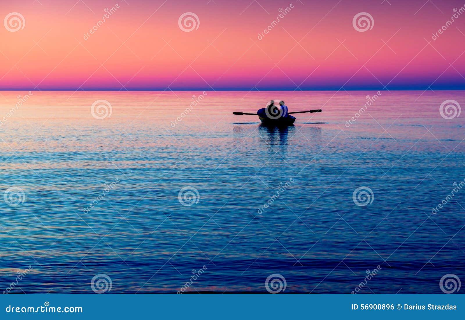 Zeegezicht met boot in purple