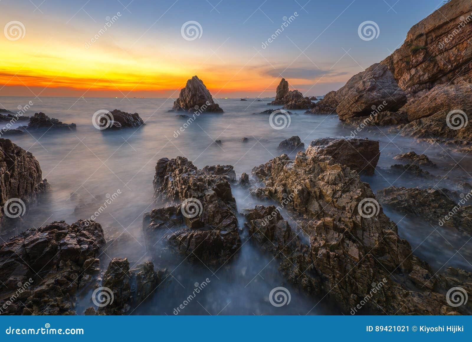 Zeegezicht tijdens zonsondergang De mooie natuurlijke zomer