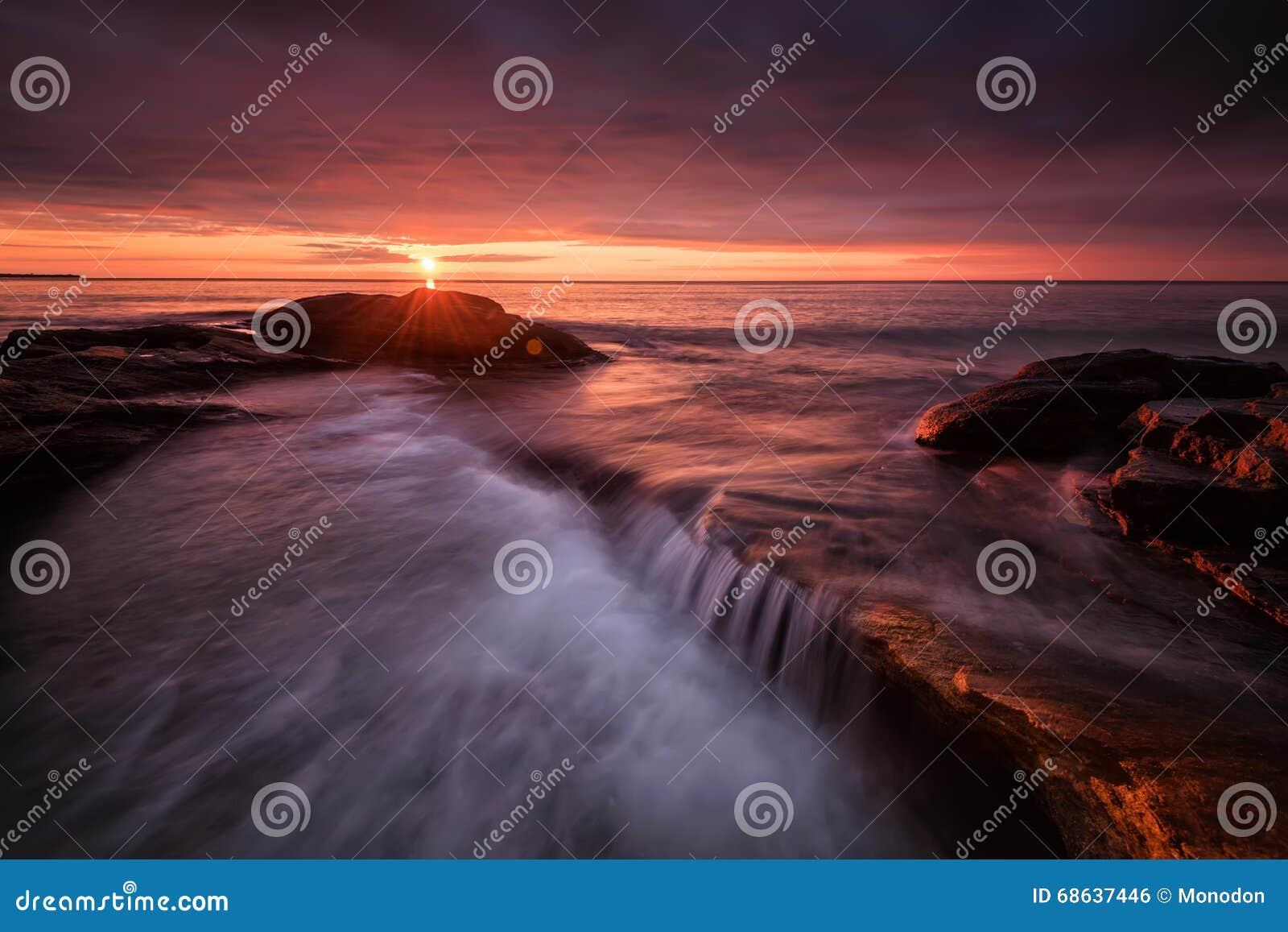 Zeegezicht tijdens Zonsopgang Mooi natuurlijk de zomerzeegezicht