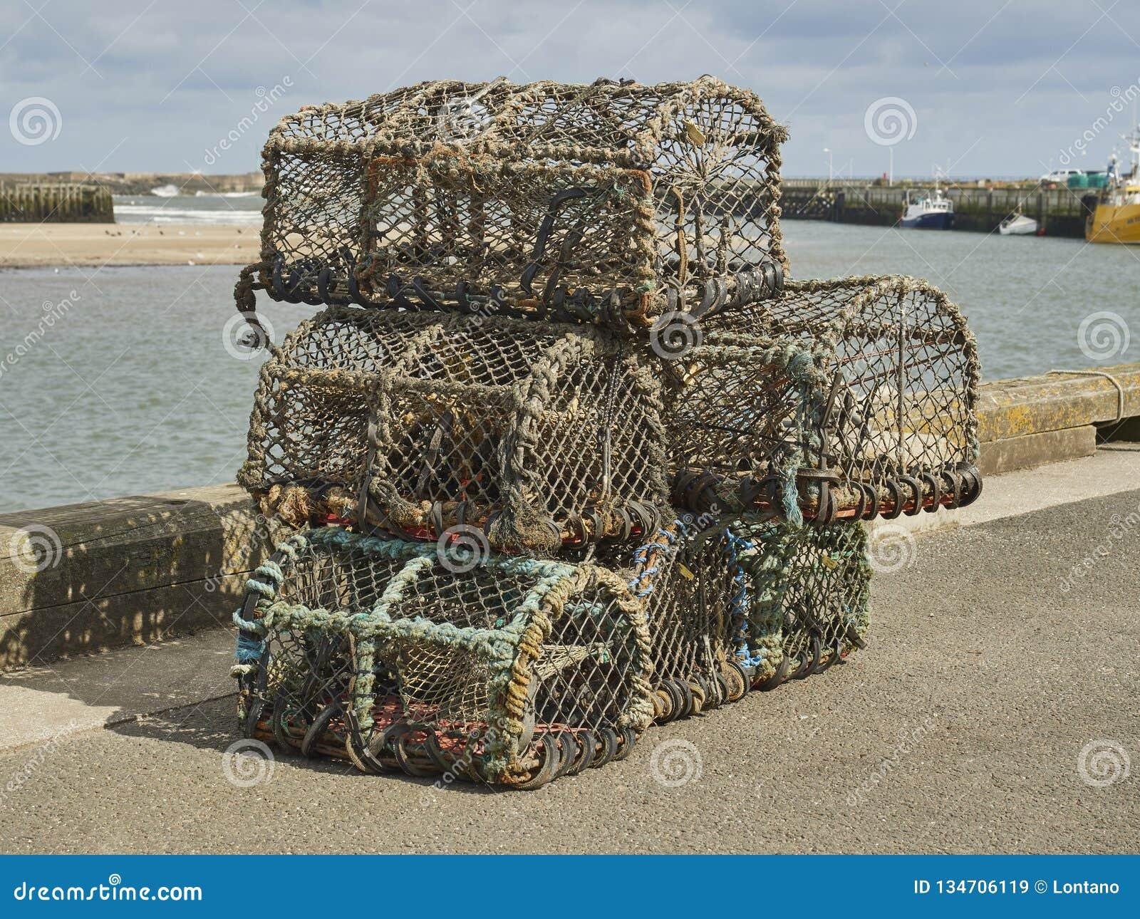 Zeekreeftpotten op de Haven worden gestapeld die