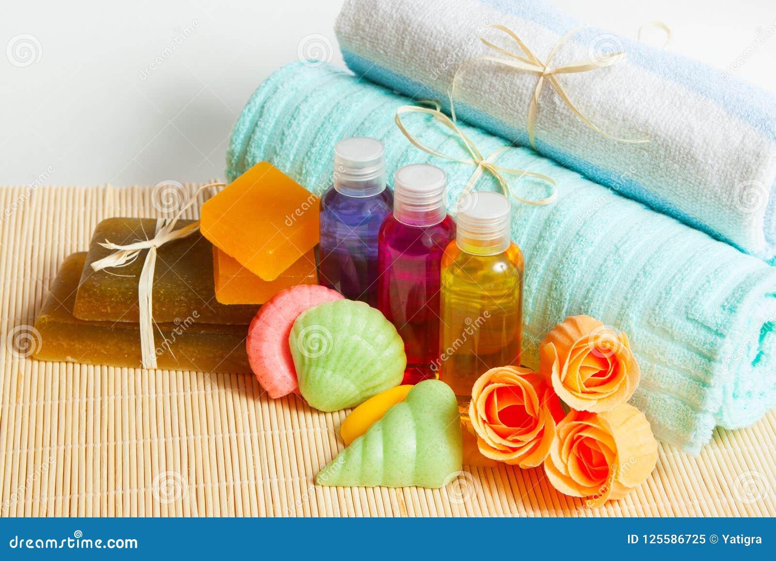 Zeep, shampoo en bevochtigend douchegel met een handdoek, badtoebehoren