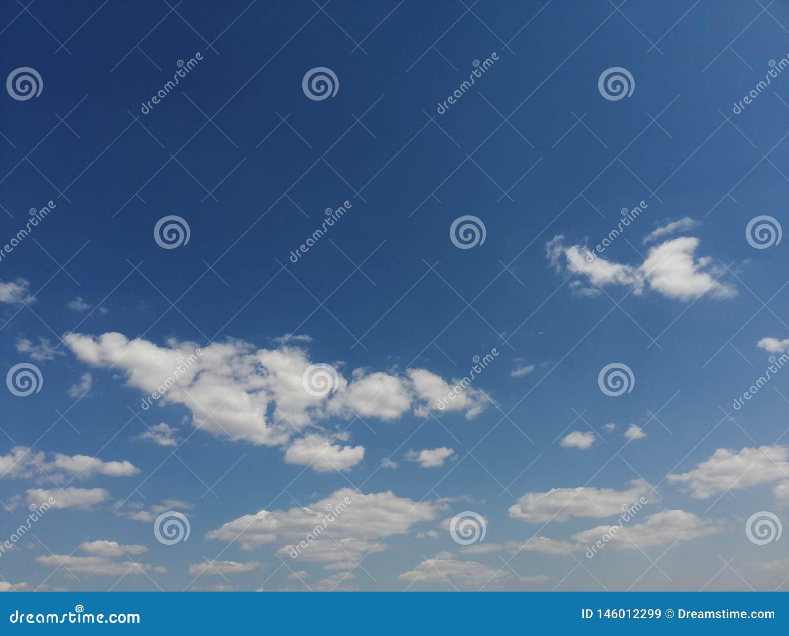 Zeer, zeer aardige witte wolken