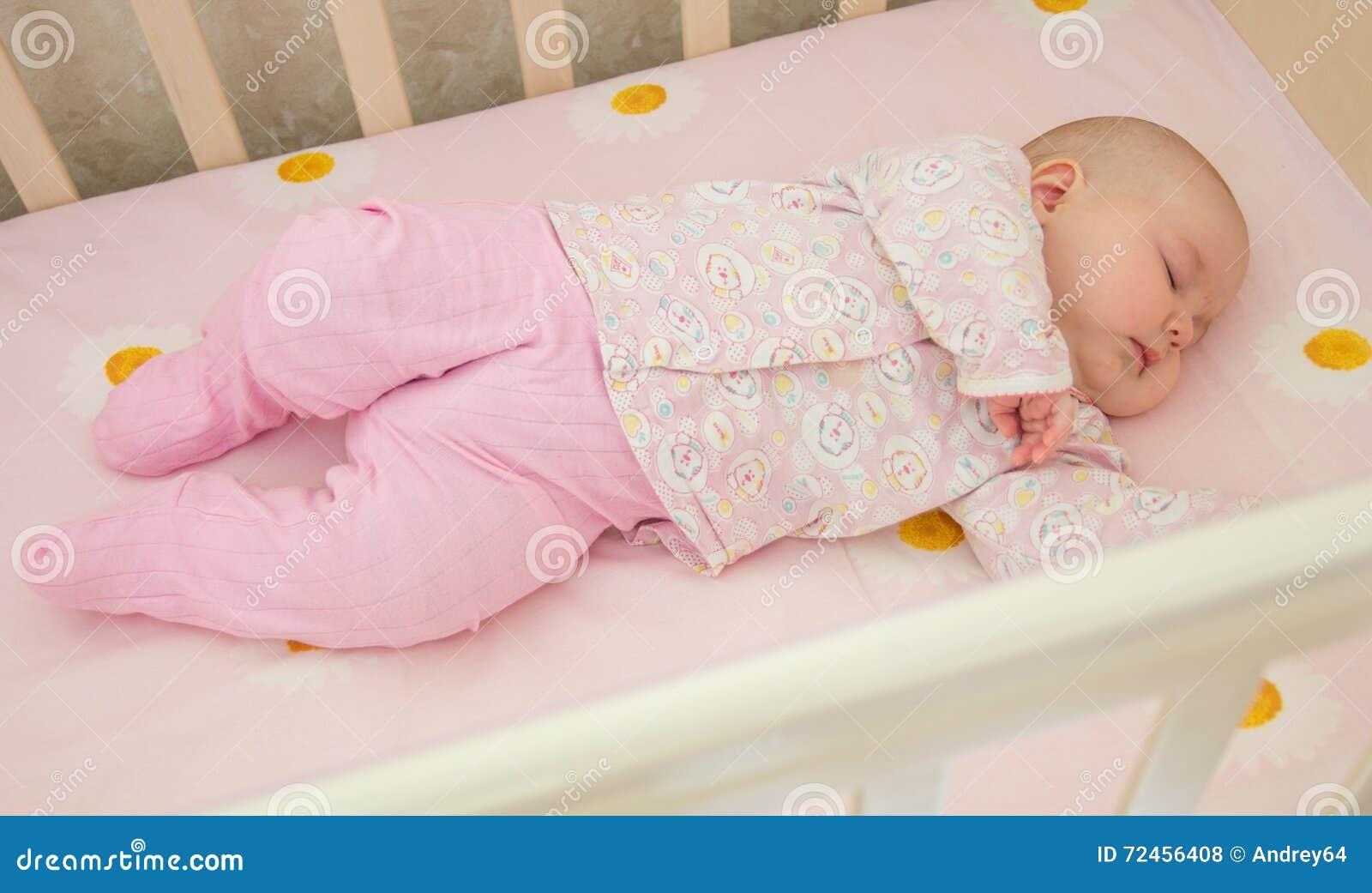 Zeer aardige zoete babyslaap in voederbak