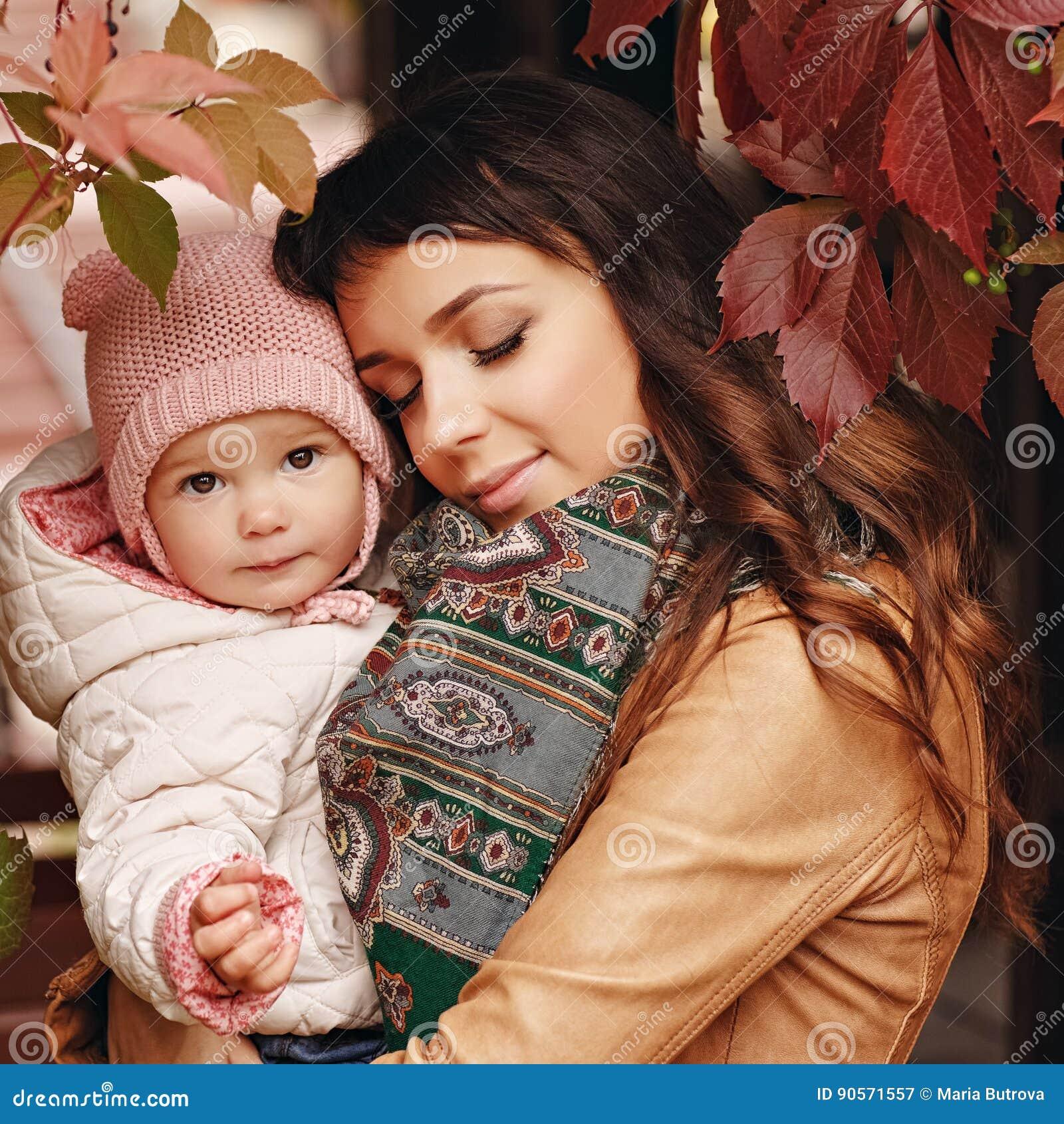Zeer charmante mooie donkerbruine moeder met het gesloten ogen houden