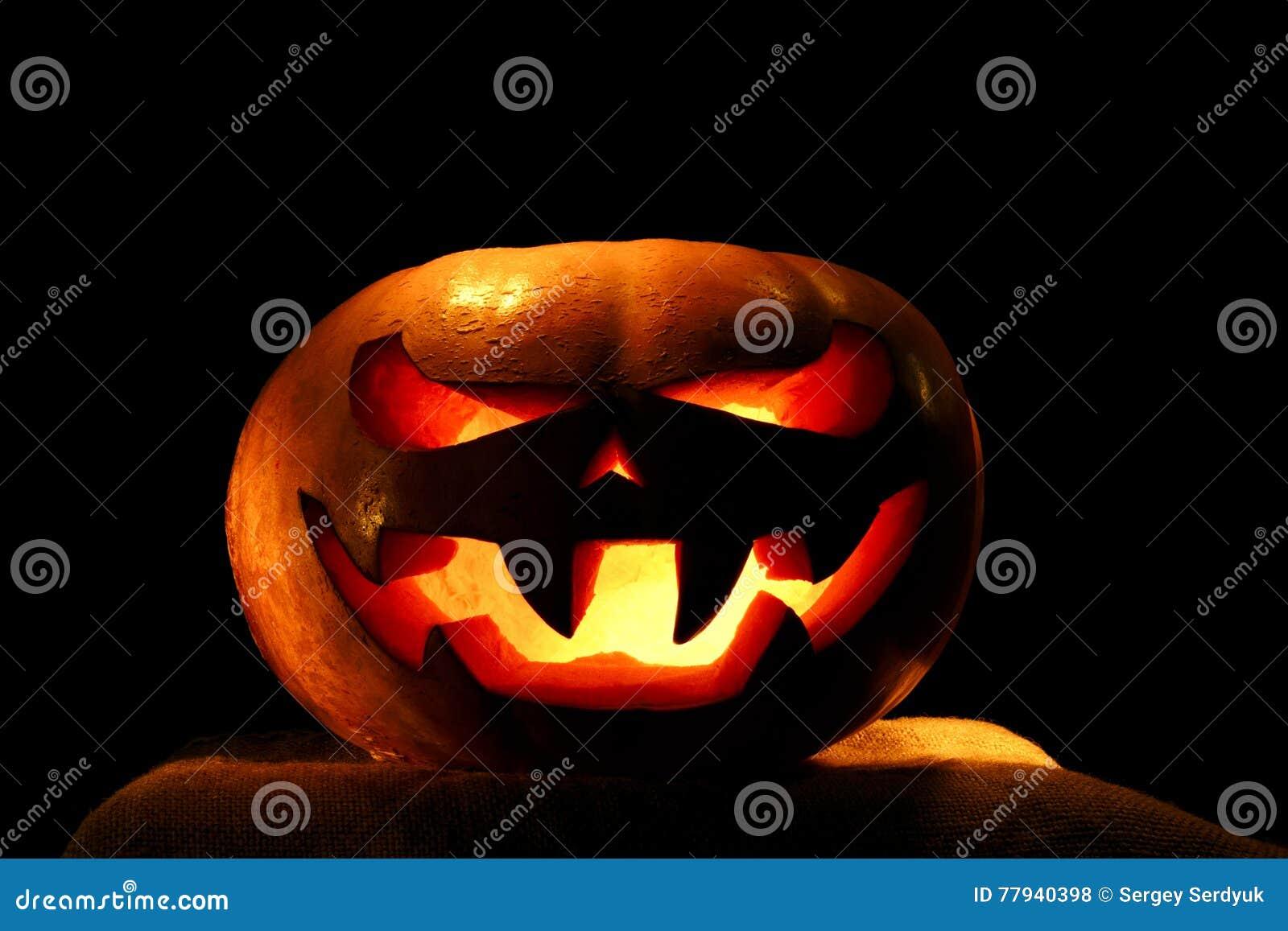 Halloween Verlichting.Zeer Enge Die Halloween Pompoen Op Zwarte Achtergrond Met I