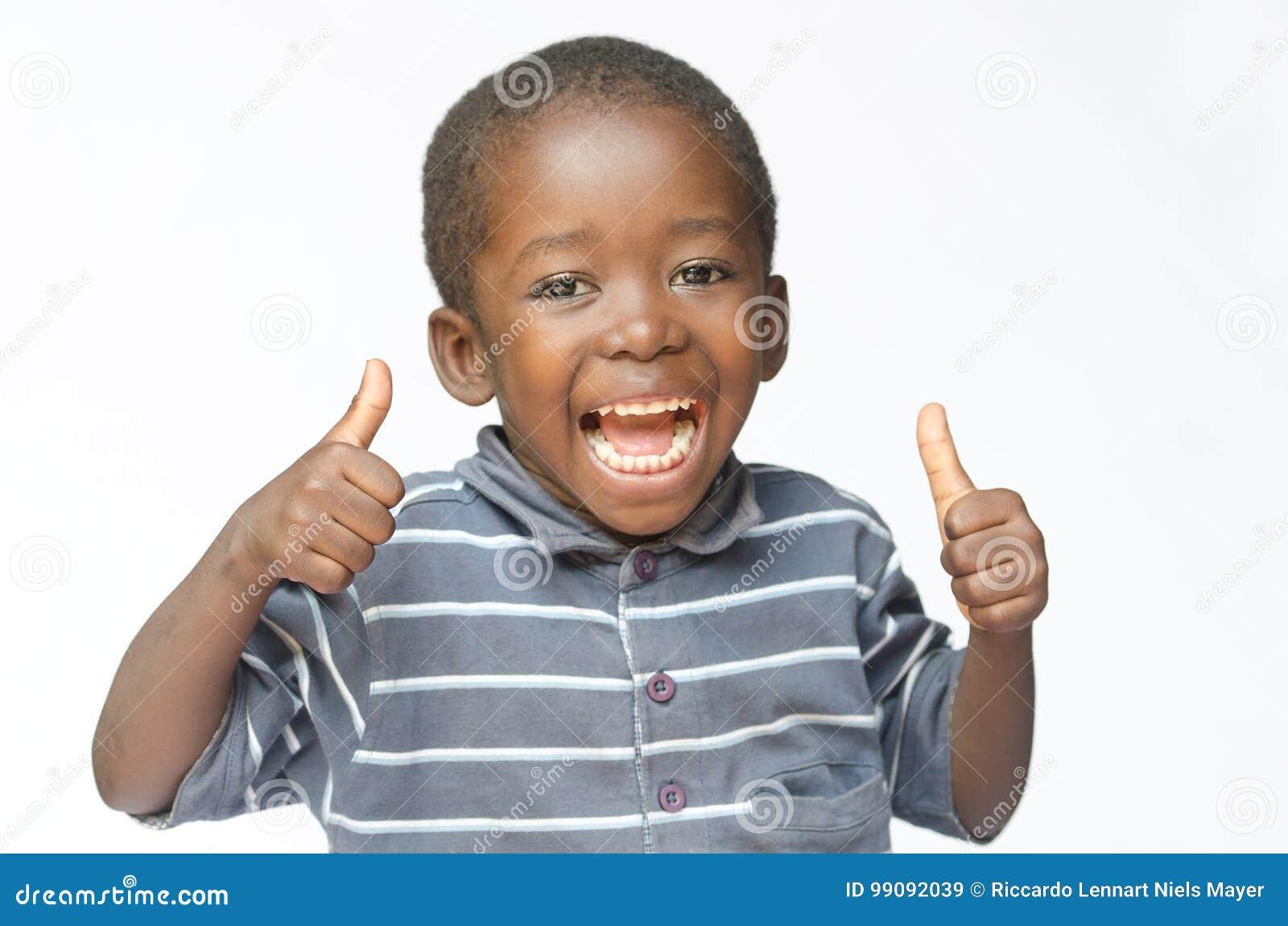 Zeer gelukkige Afrikaanse zwarte jongen die duimen maken omhoog met zwarte die jongen van het handen het lachen ondertekenen gelu