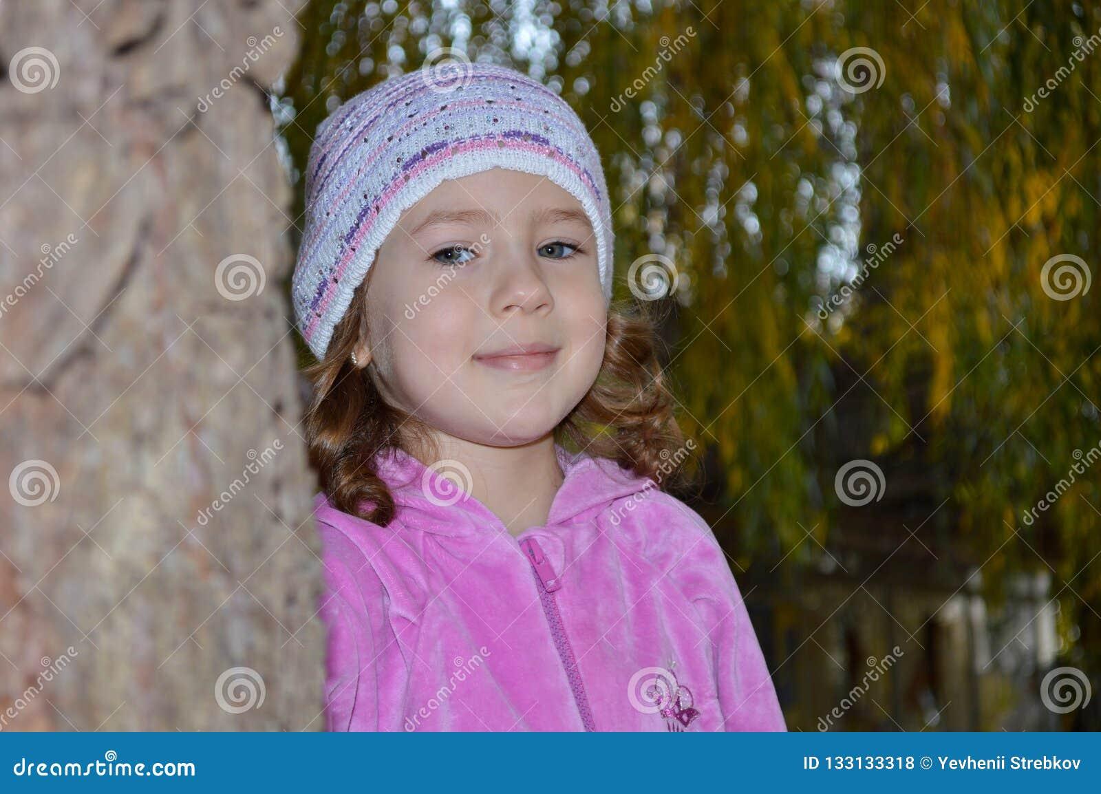 Zeer leuk meisje in een roze blouse
