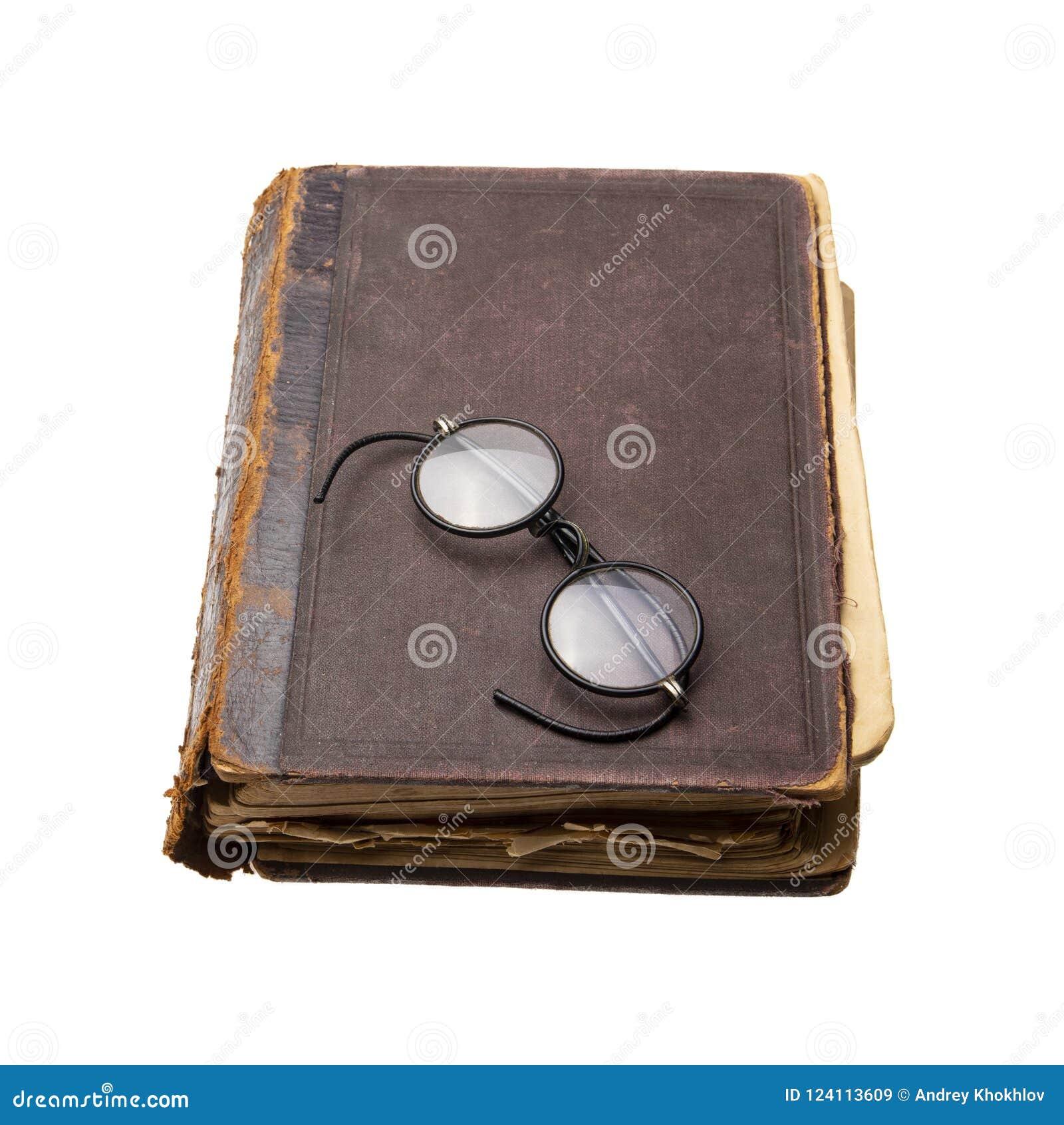 Zeer oud en versleten boek met antieke ronde oogglazen Geïsoleerde