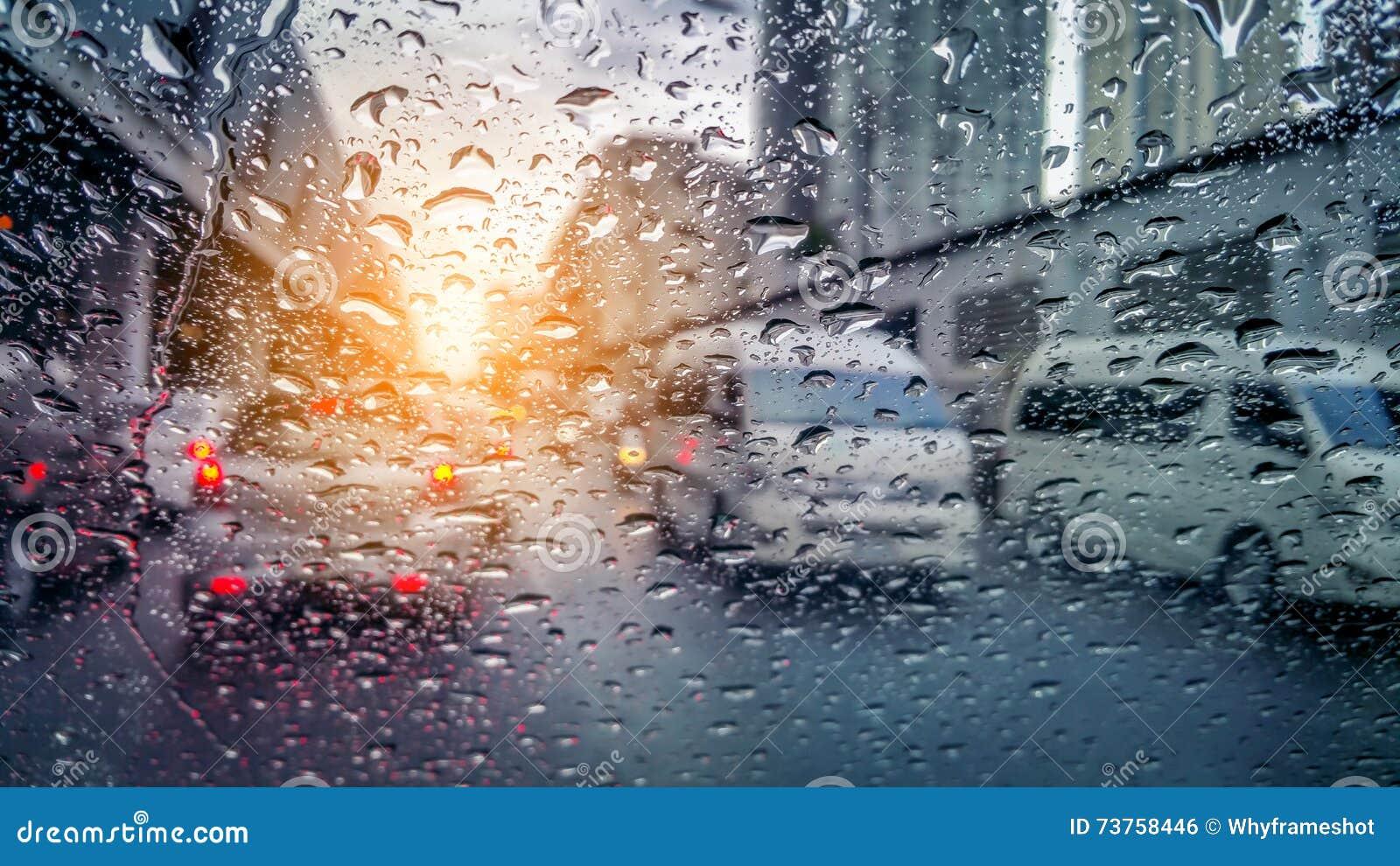 Zeer zeldzame regenachtige dag in Bangkok zoals die door autoramen wordt gezien