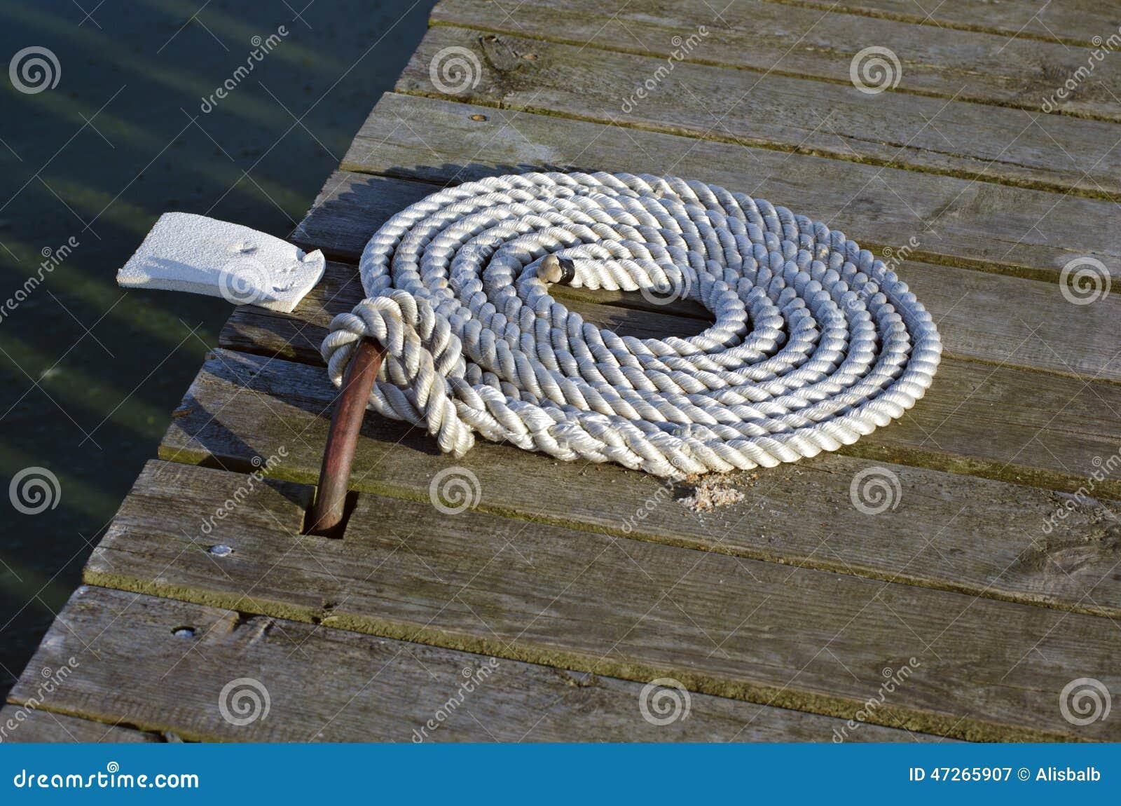 Zeevaartmeertroskabel op houten pijler