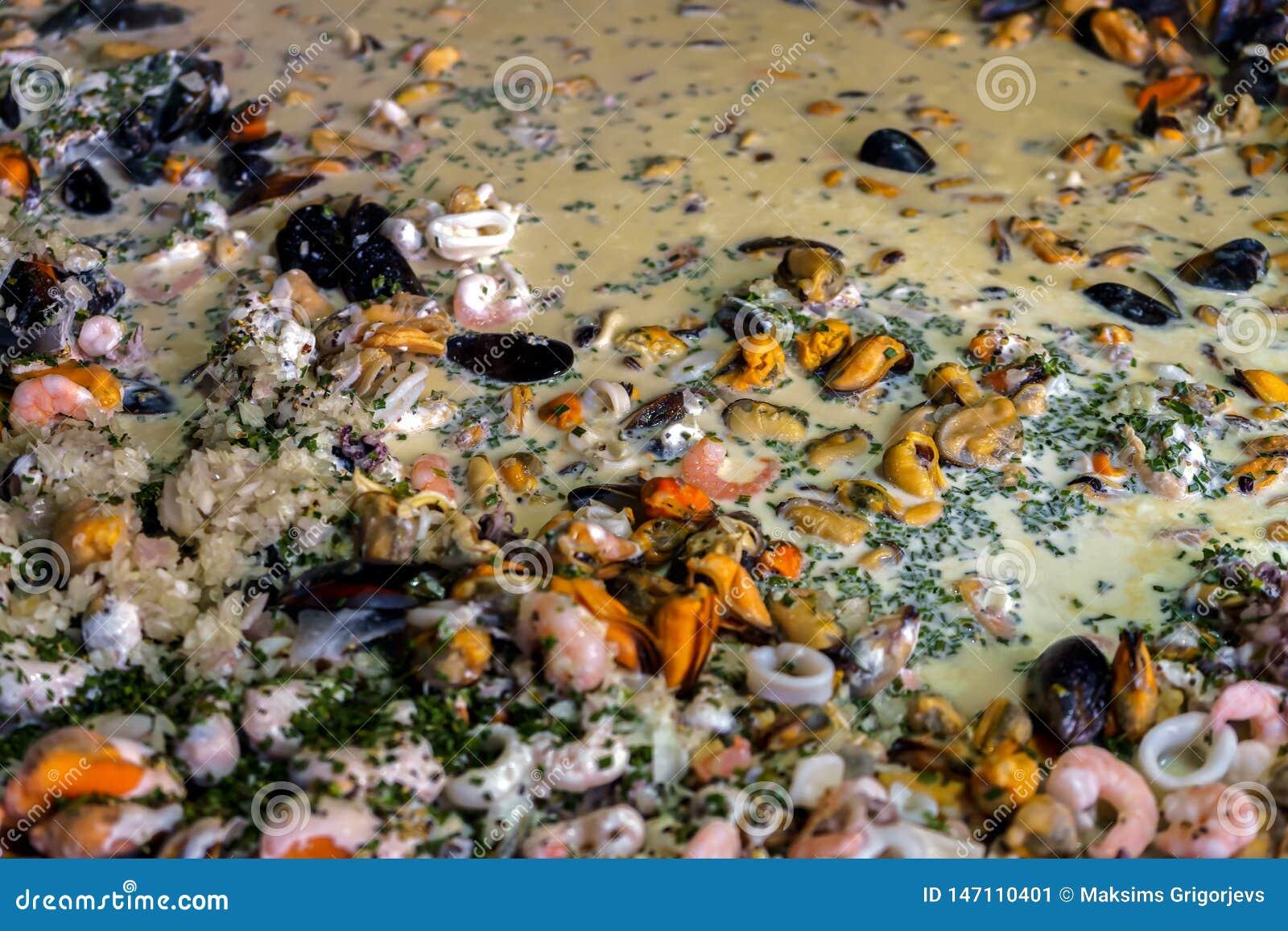 Zeevruchtenpaella in een paellapan bij een markt van het straatvoedsel