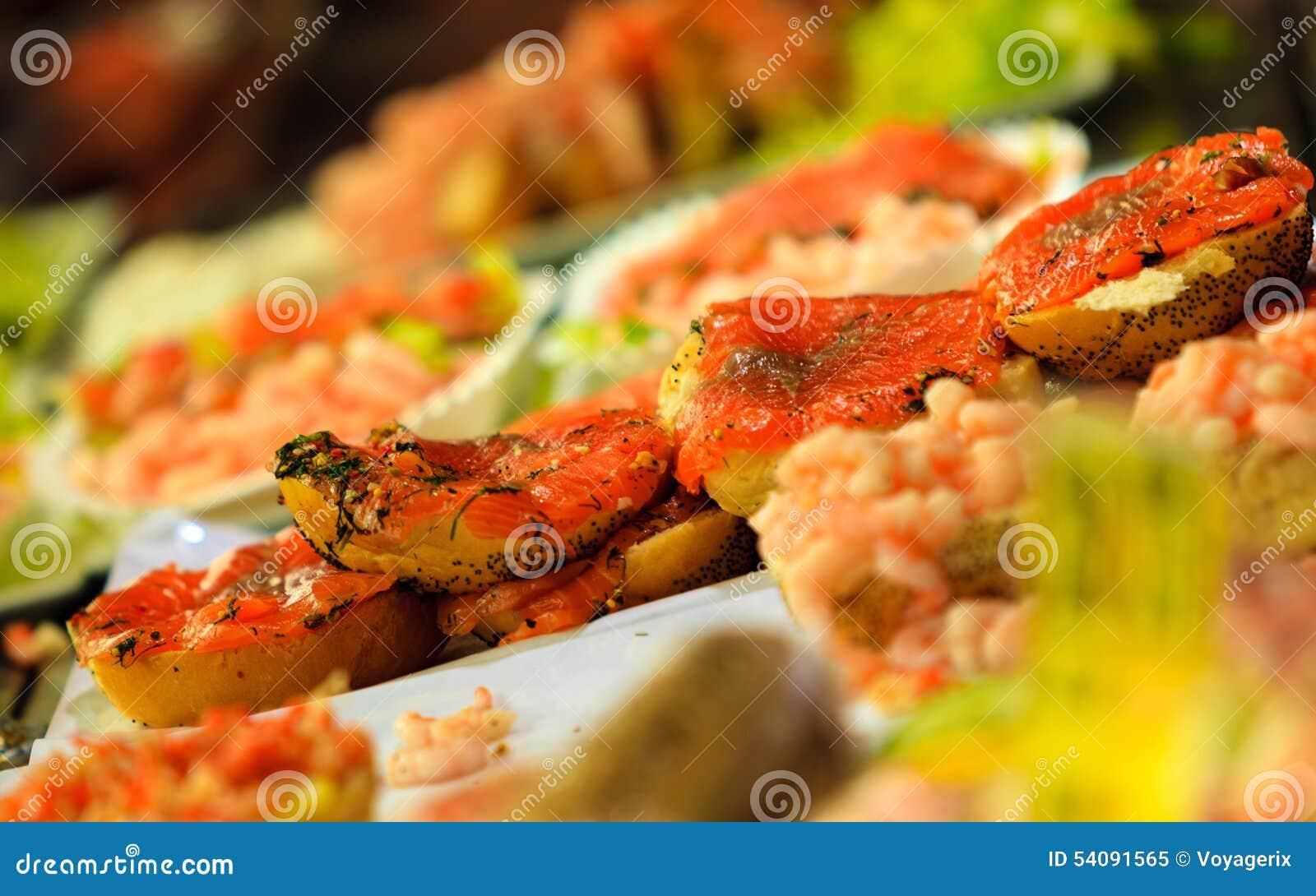 Zeevruchtensandwiches bij de vissenmarkt in Bergen, Noorwegen