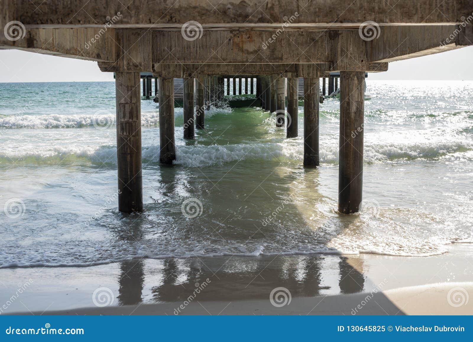 Zeewater en strandmening onder lange pijler De mariene romantische mening van de reisfaciliteit Zonnige dag op tropisch strand