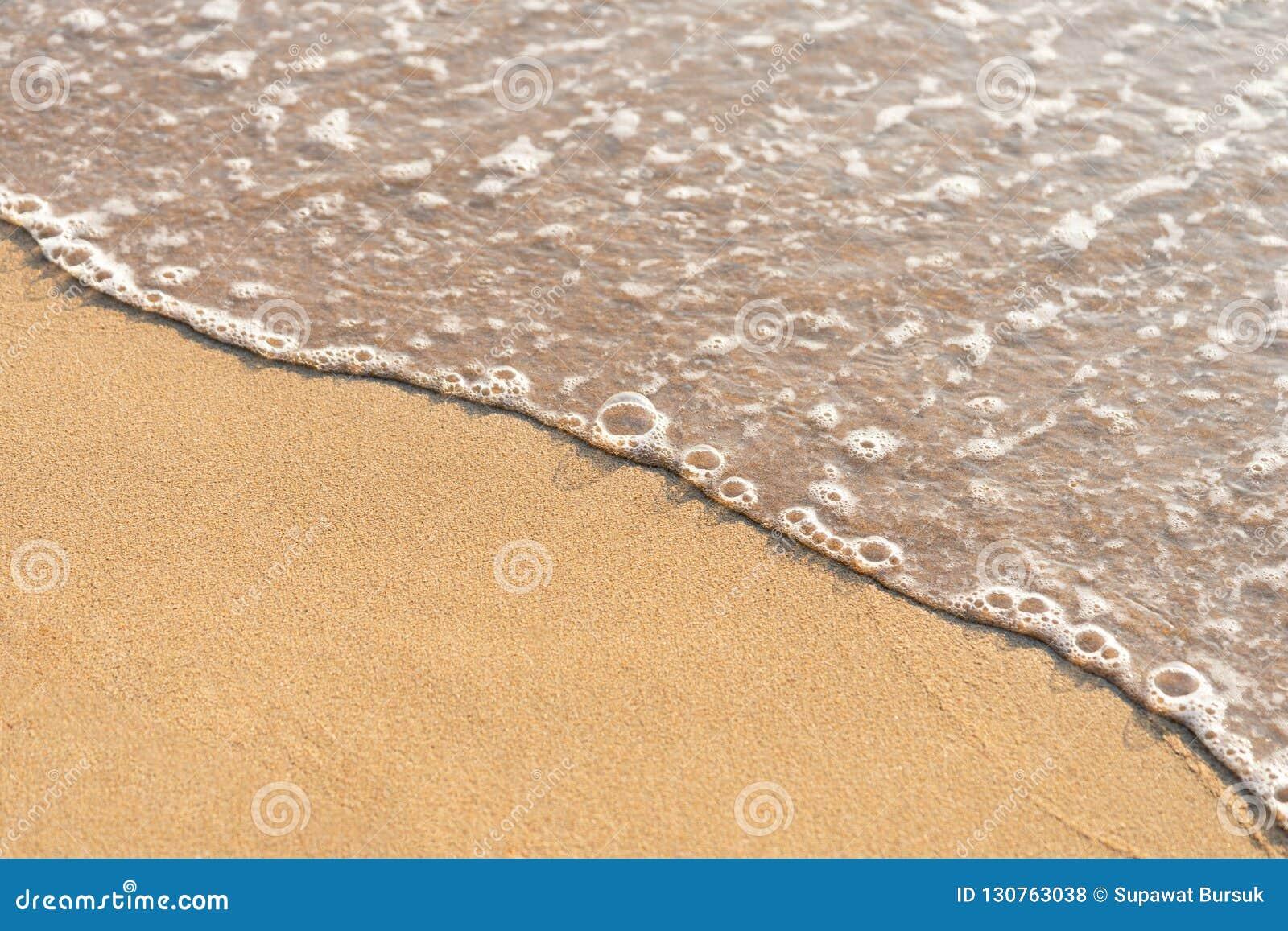 Zeewater langs het strand langs de windgolven Slagdingen omhoog