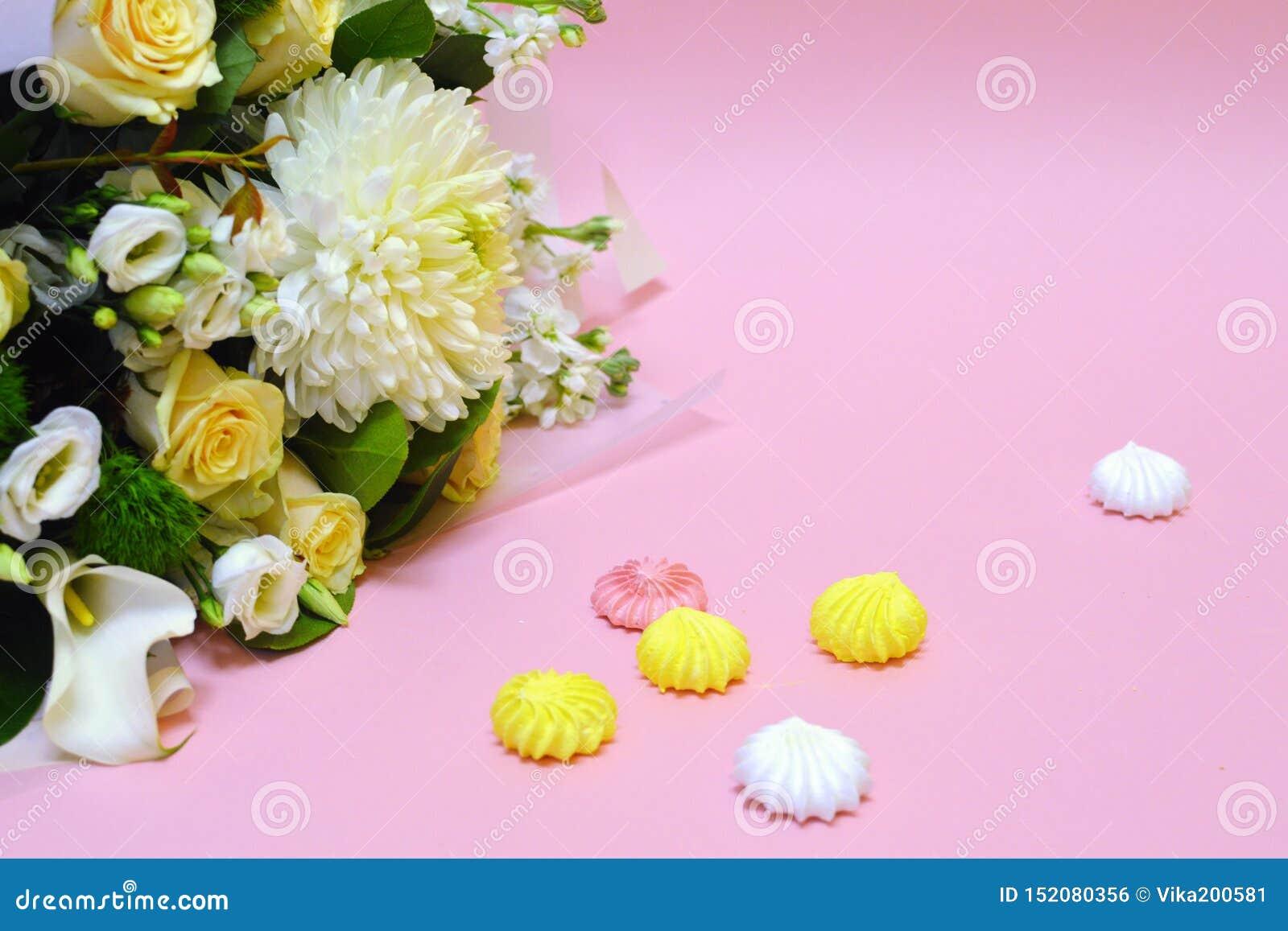 Zefiro e fiori su un fondo rosa con lo spazio della copia