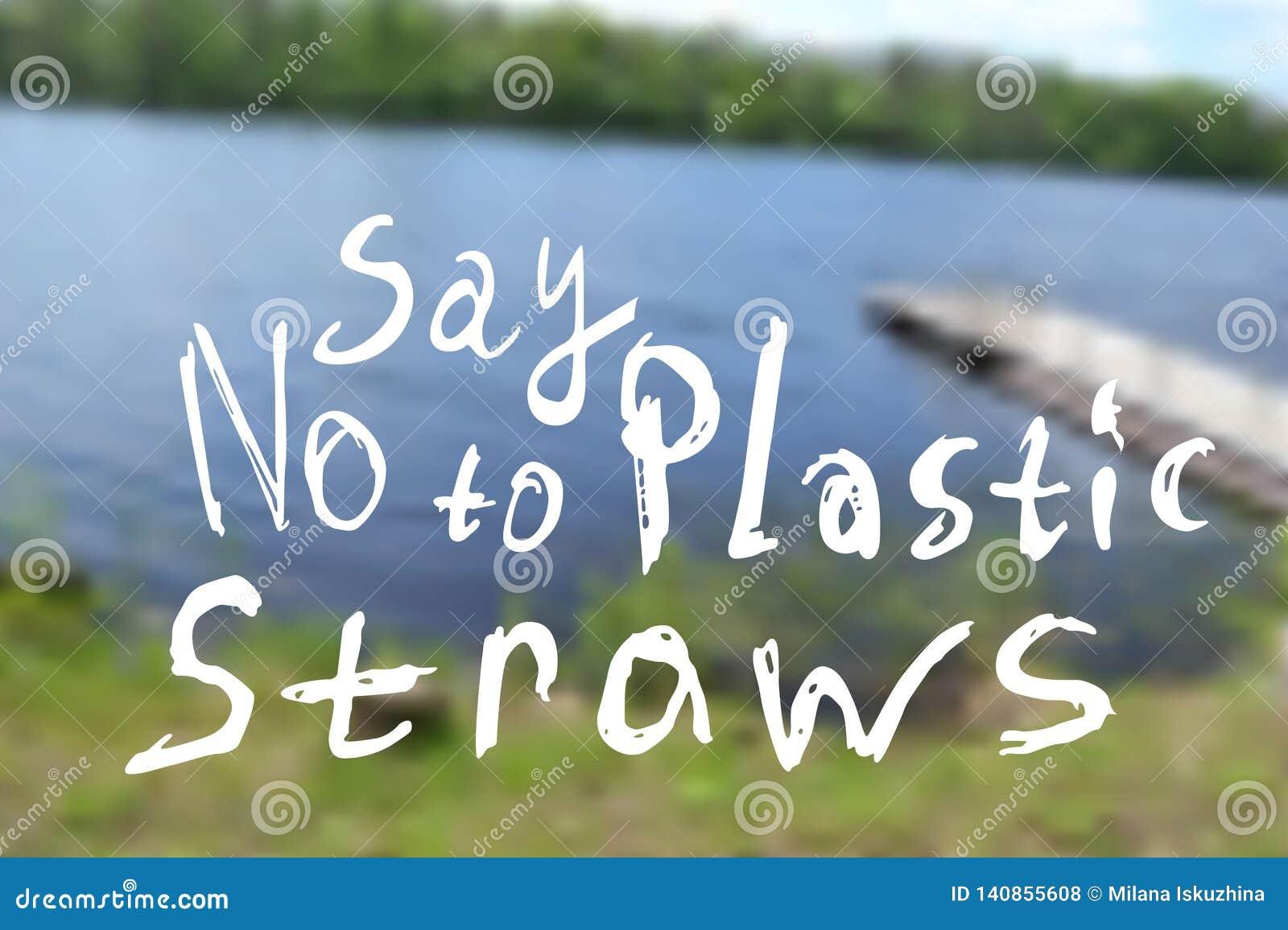 Zeg nr aan plastic stro Vage achtergrond van een de zomerlandschap met een kleine rivier, bomen
