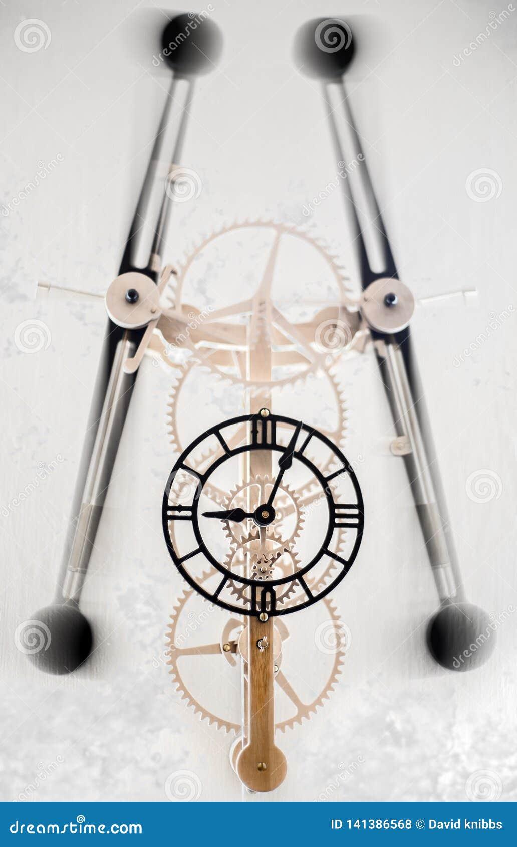 Zegar z huśtać się poruszające części