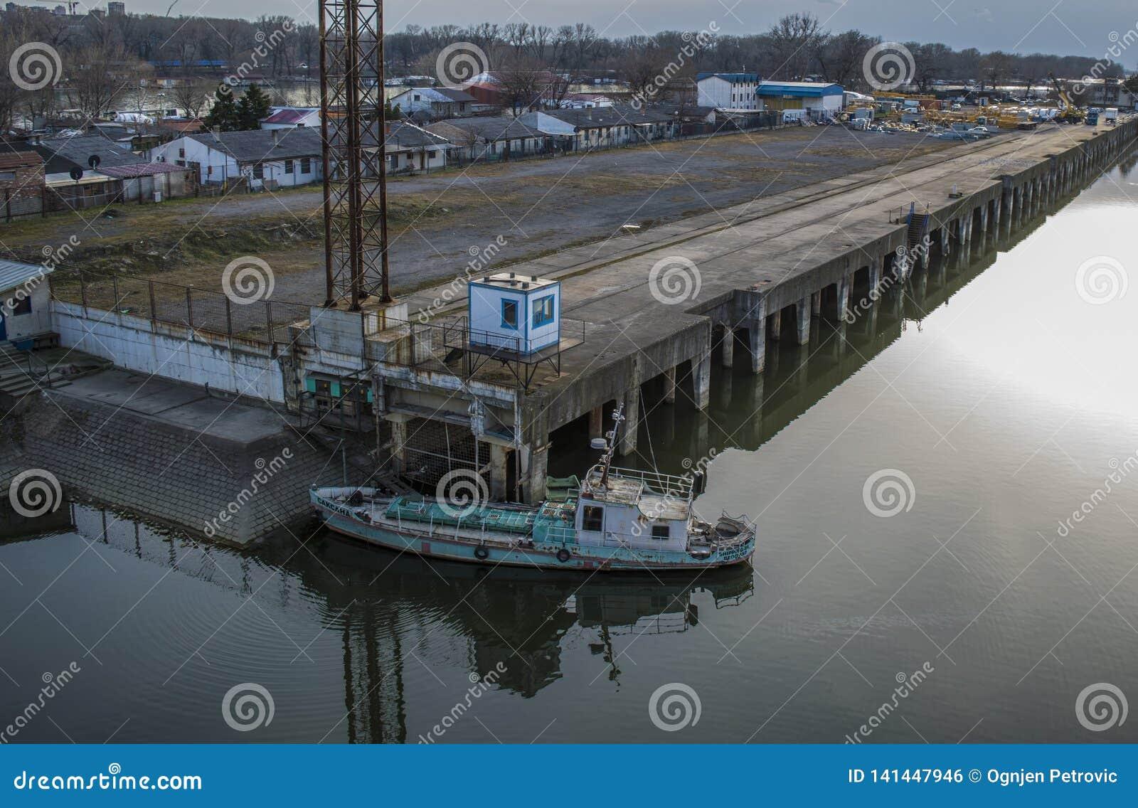 Zegarek nad statek fabryką od ada mostu