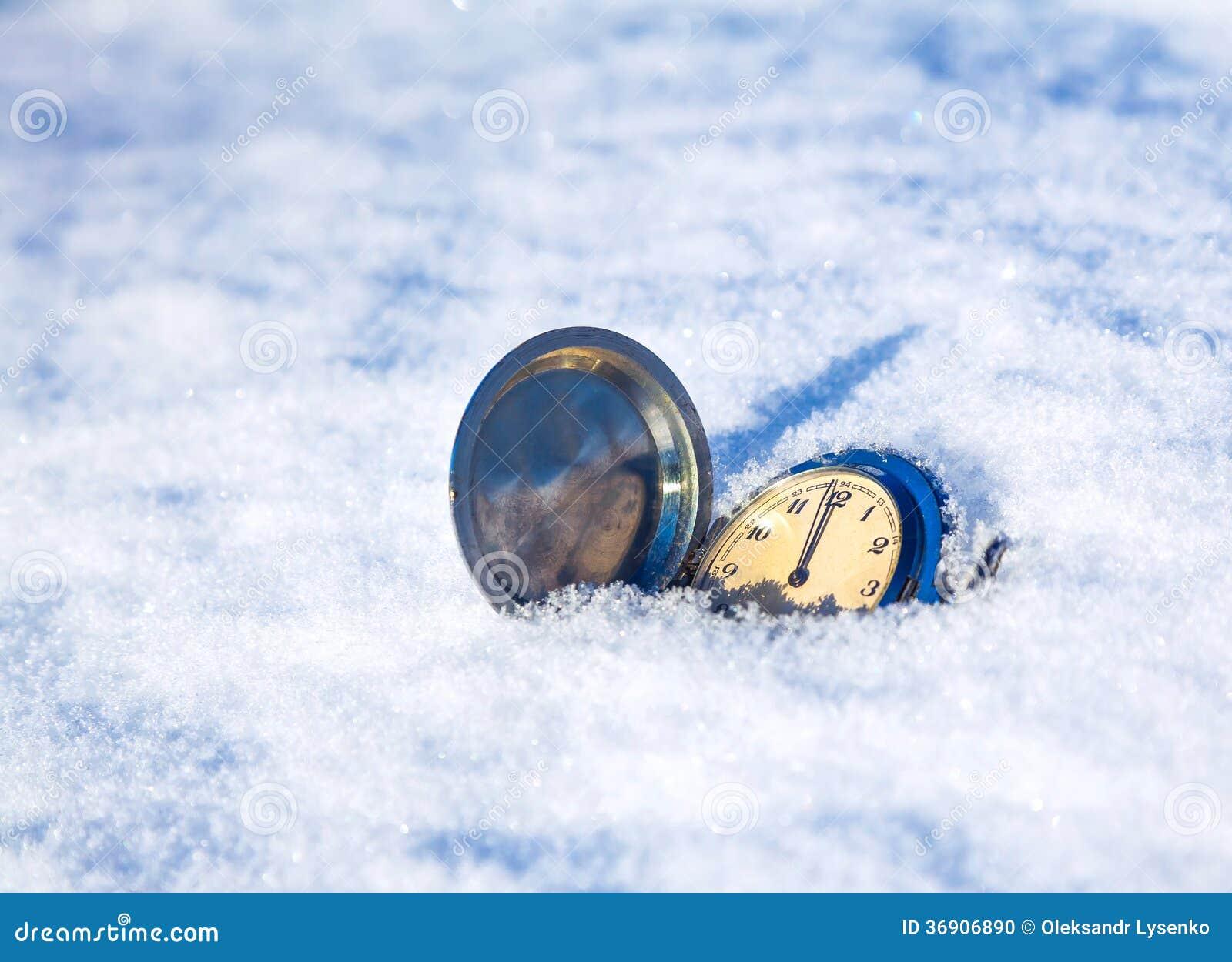 Zegarowy lying on the beach w śniegu