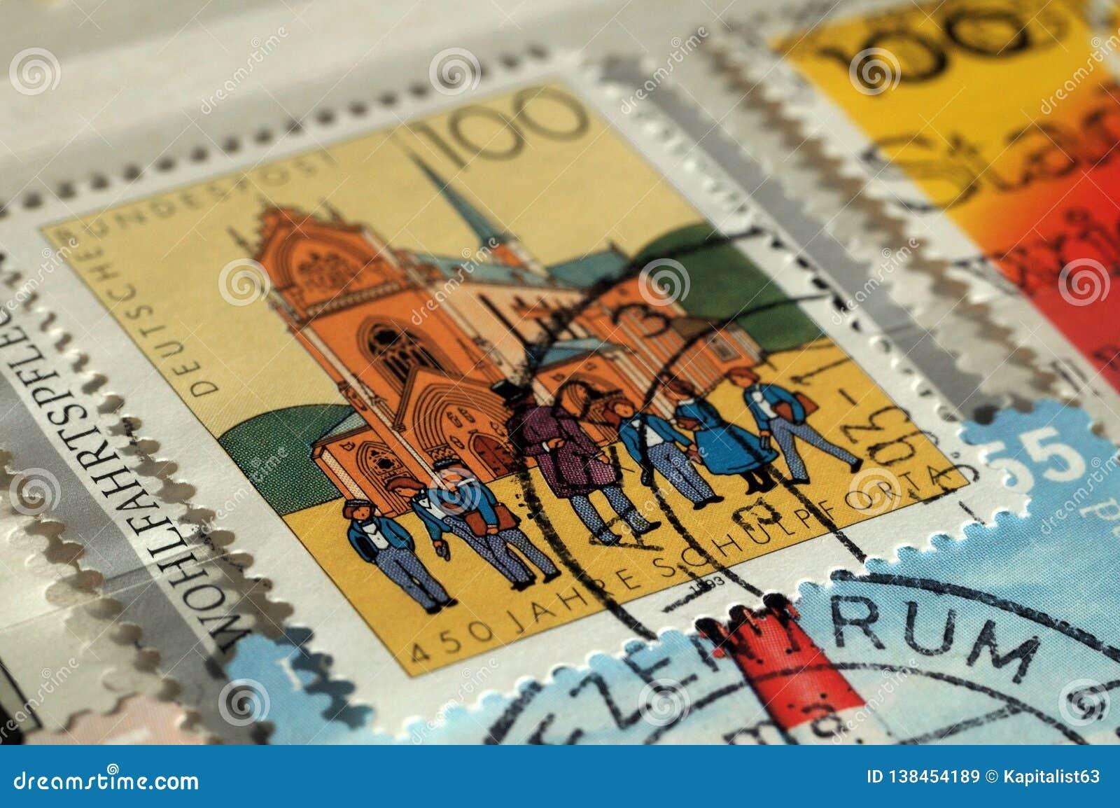 Zegel door Duitsland wordt gedrukt dat De uitgave bij de Bouw, toont 450ste Verjaardag van Pforta-School, Ondiepe diepte van