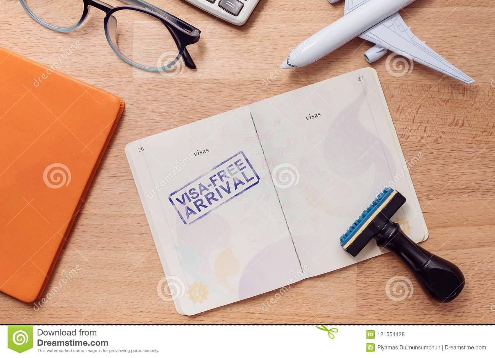 Zegel van de visum de vrije aankomst op buitenlands paspoort met vliegtuigmodel