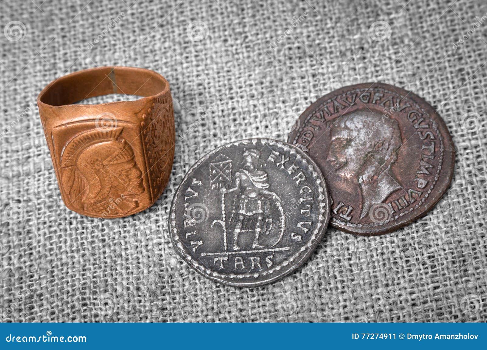 Zegelring en twee muntstukken van oud Roman Empire