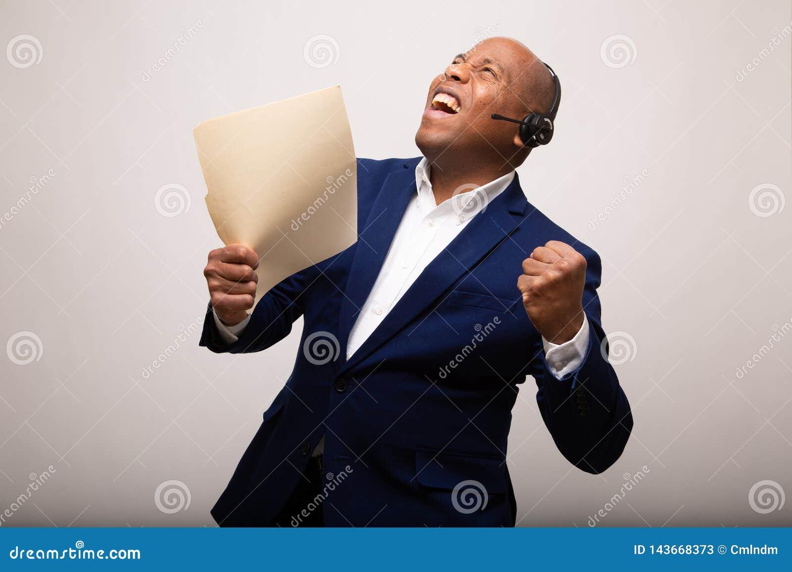 Zegevierend Afrikaanse Amerikaanse Zakenman Holds Up File