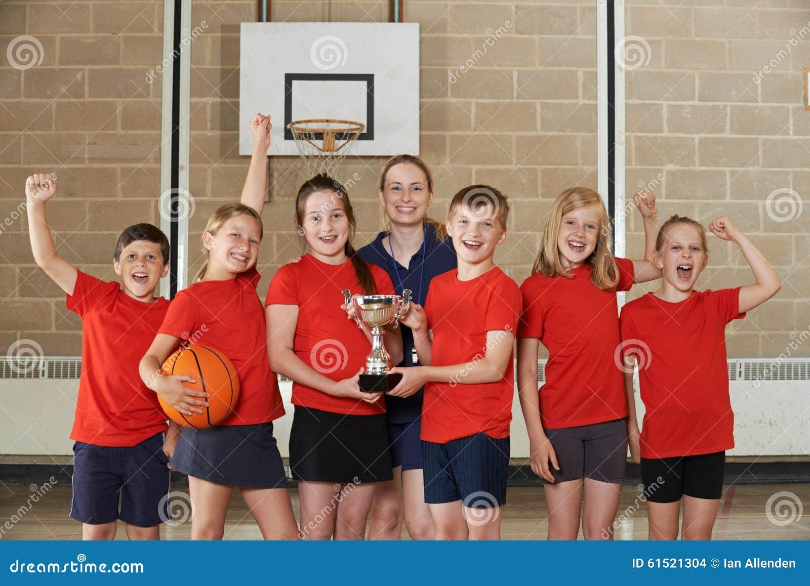 Zegevierende Schoolsporten Team With Trophy In Gym