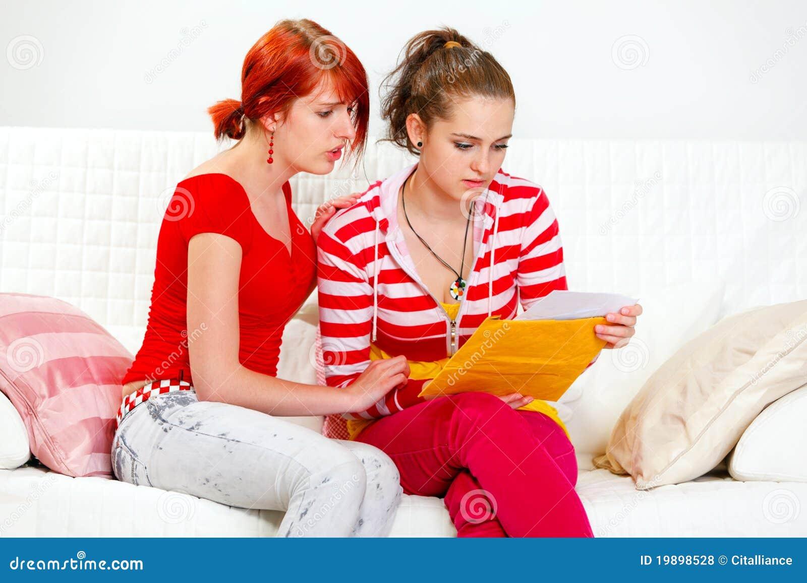 Zeichenfreundin des aufmerksamen Mädchens beruhigende Lese