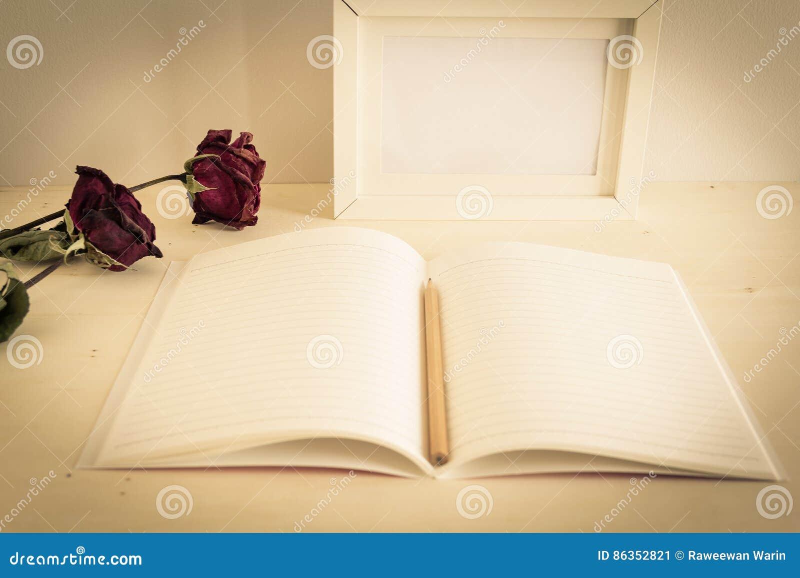 Zeichnen Sie Auf Geöffnetem Notizbuchpapier Mit Trockenen Rosen Und ...