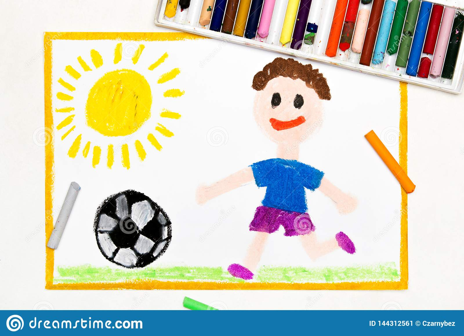 Zeichnung Lachelnder Junge Der Fussball Spielt Stock